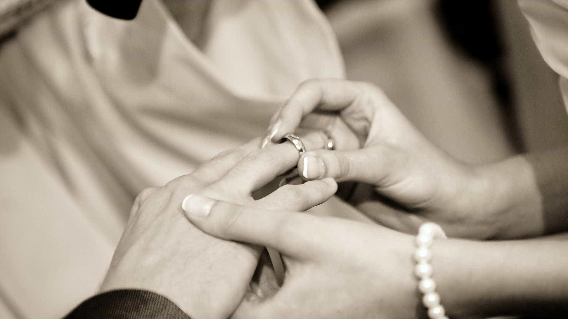 129 casais participam de casamento coletivo em shopping de São Paulo