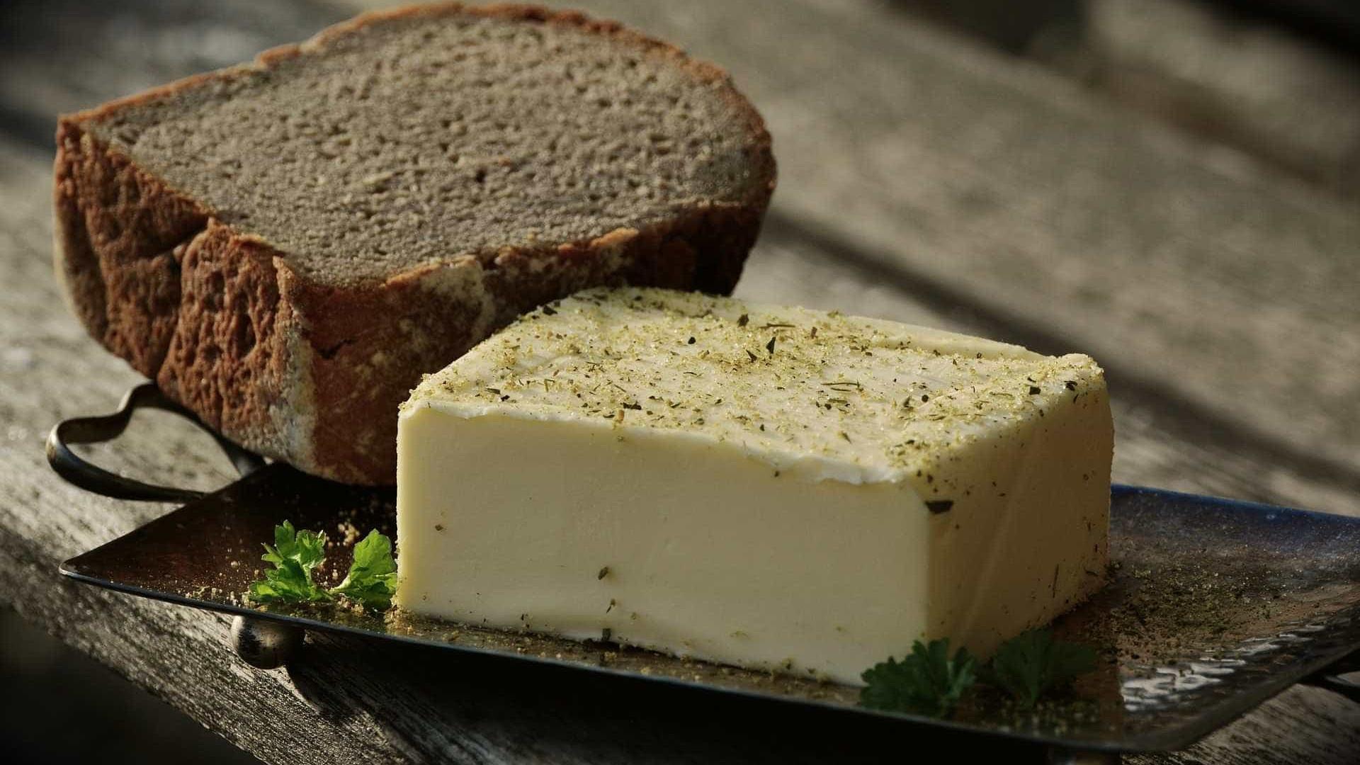 Aprenda a fazer manteiga caseira e tempere como você preferir