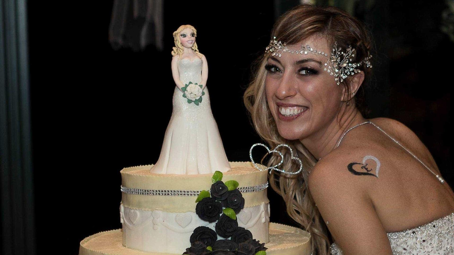 Solteira, mulher faz casamento sem noivo para realizar sonho; fotos
