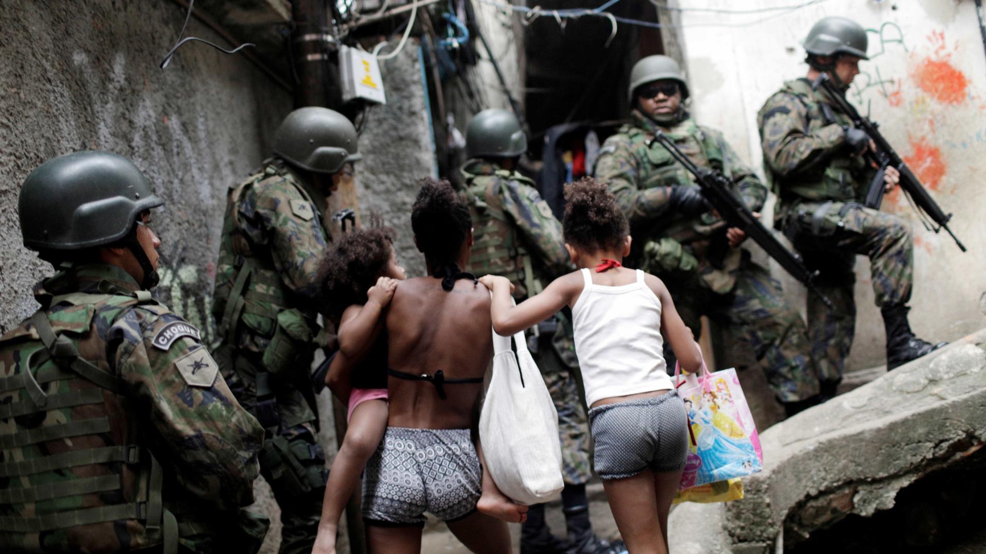 Confira imagens das Forças Armadas na Rocinha