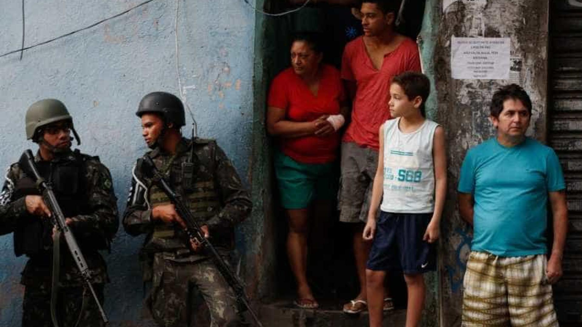 Moradores da Rocinha denunciam invasões, agressões e roubos por agentes