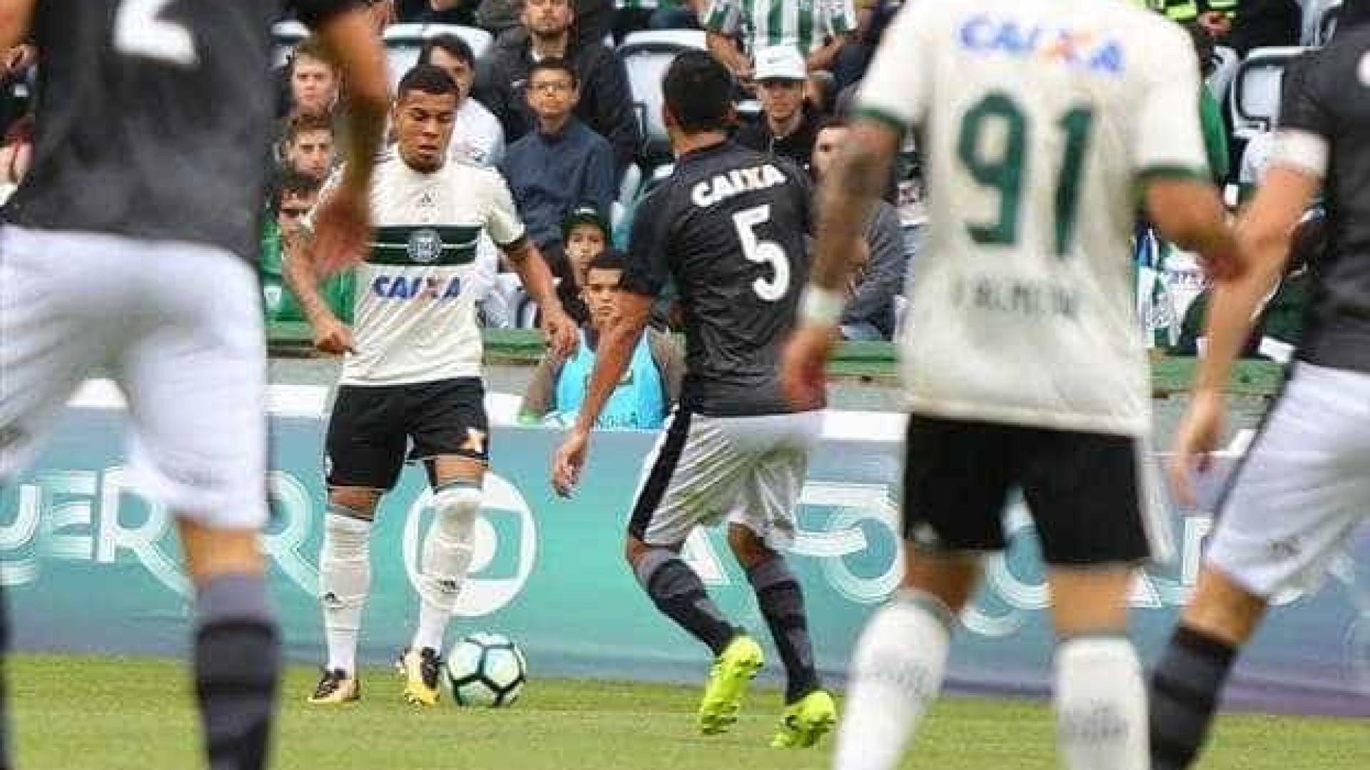 Botafogo vira sobre Coritiba e entra no G-6