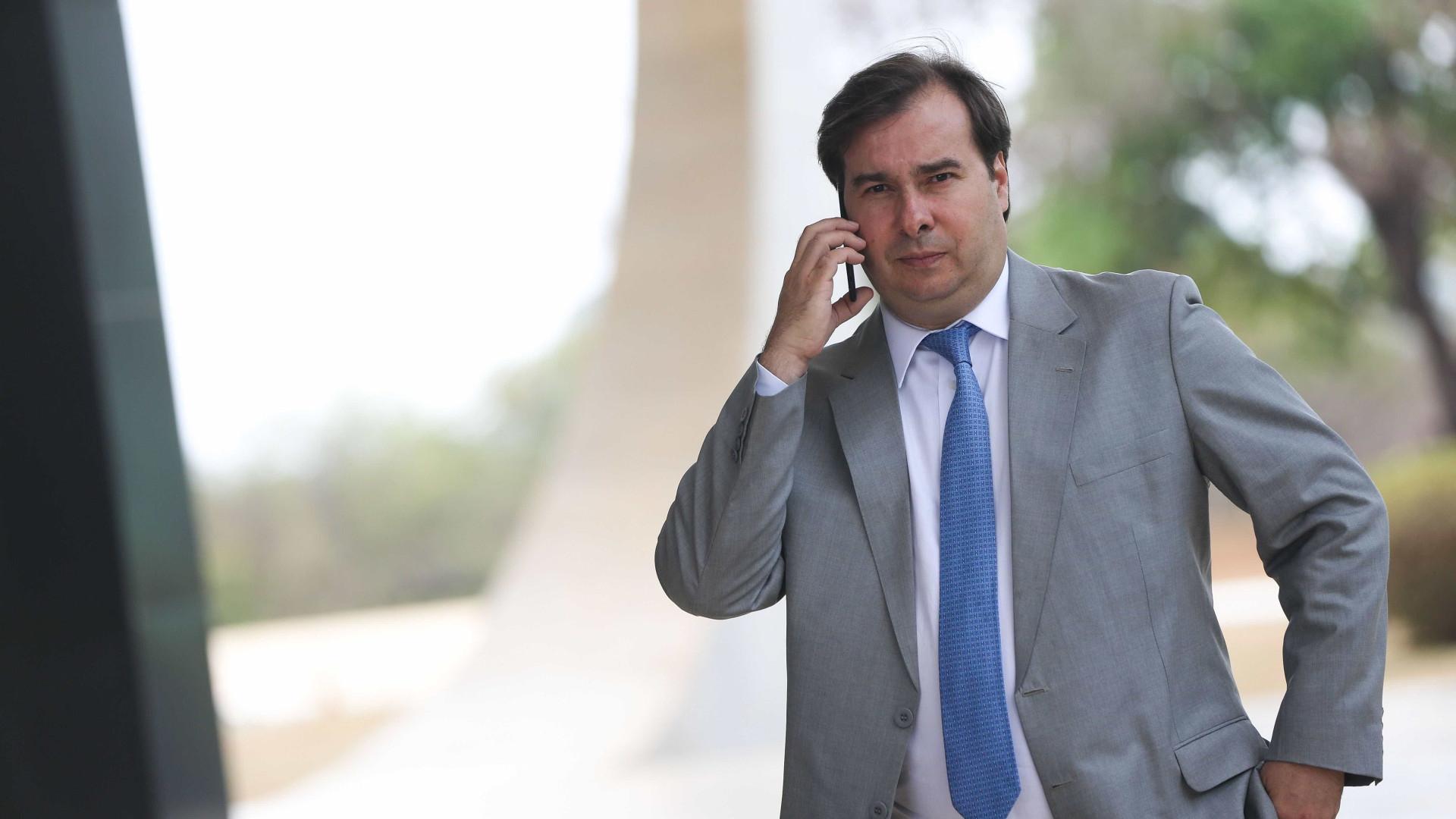 Partidos da base vão a Maia para falar sobre possível saída do governo