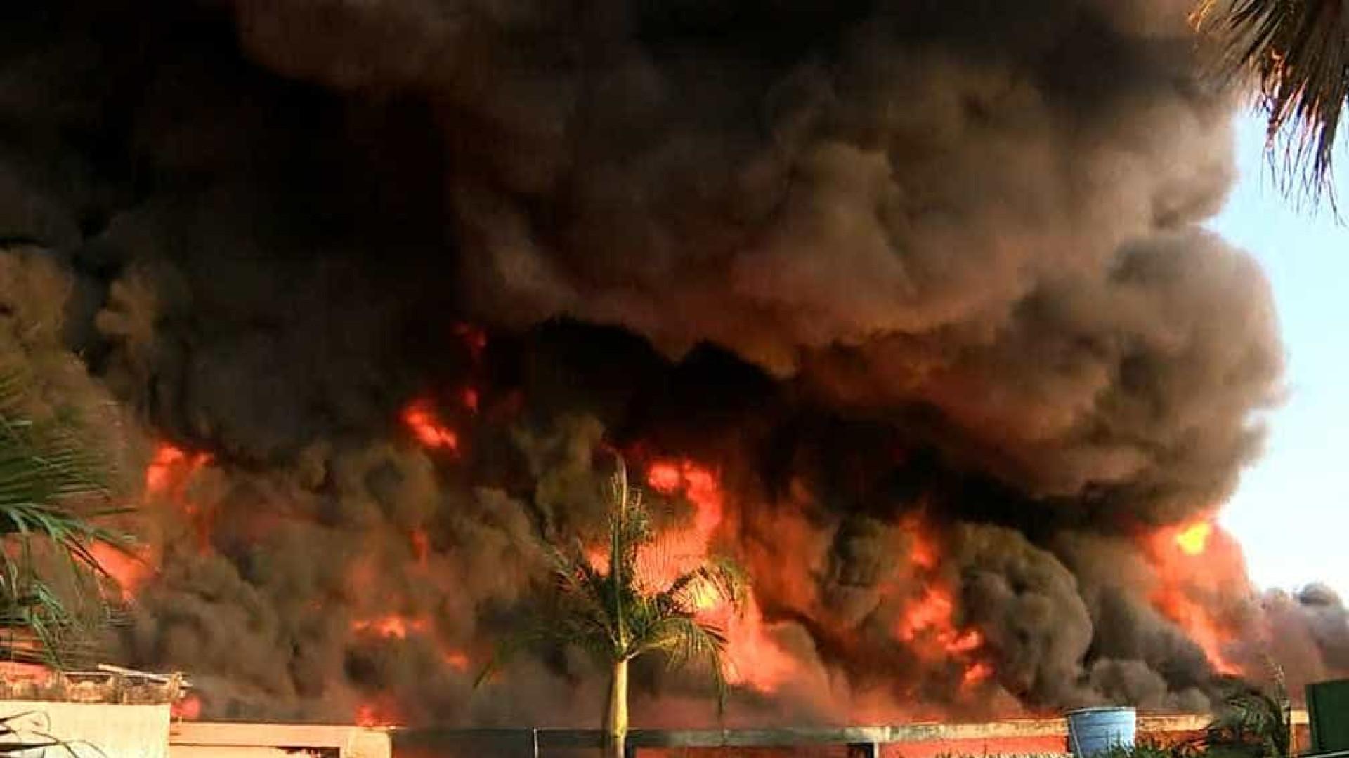 Incêndio de grandes proporções atinge empresa de plásticos em Sumaré