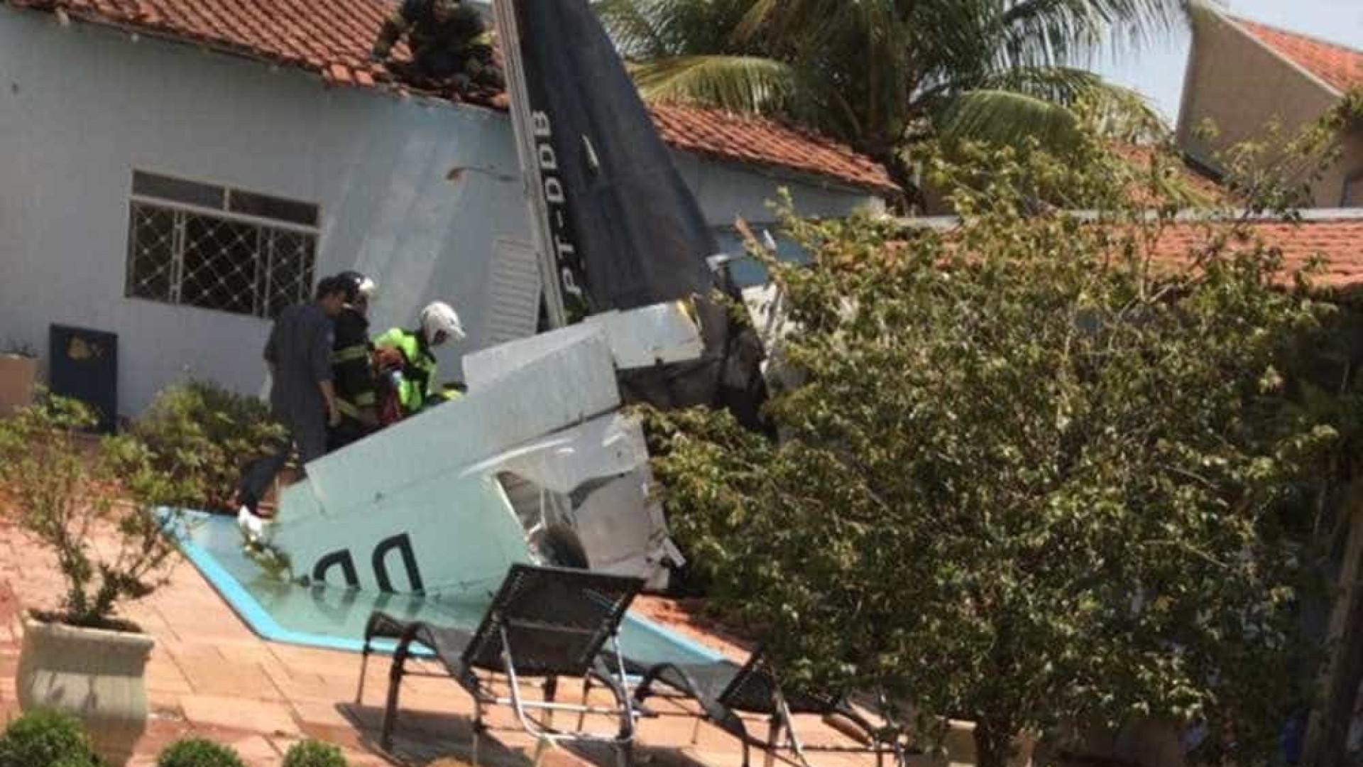Queda de avião sobre casa mata três pessoas