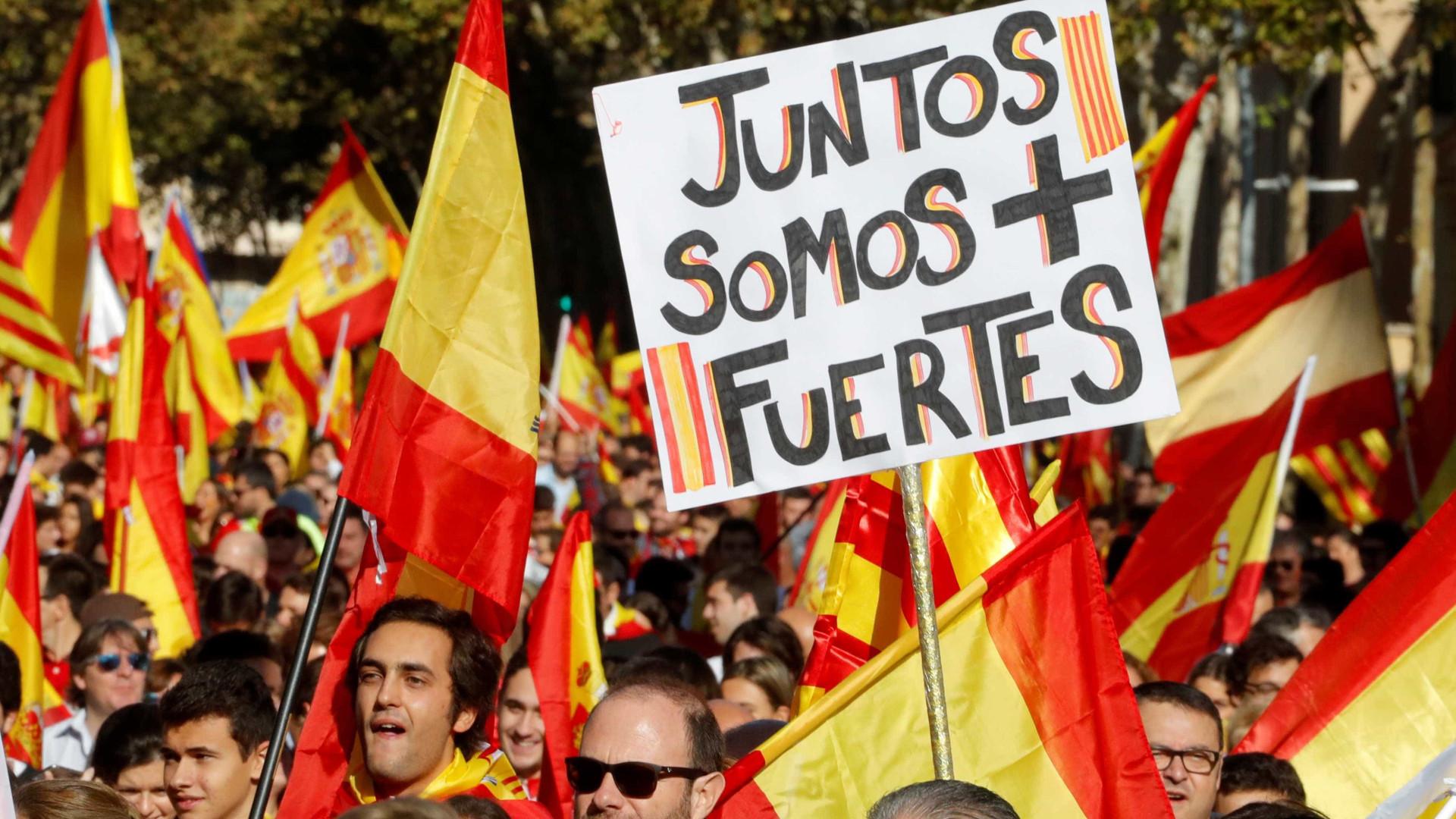 Manifestantes saem às ruas de Barcelona pela defesa da unidade da Espanha