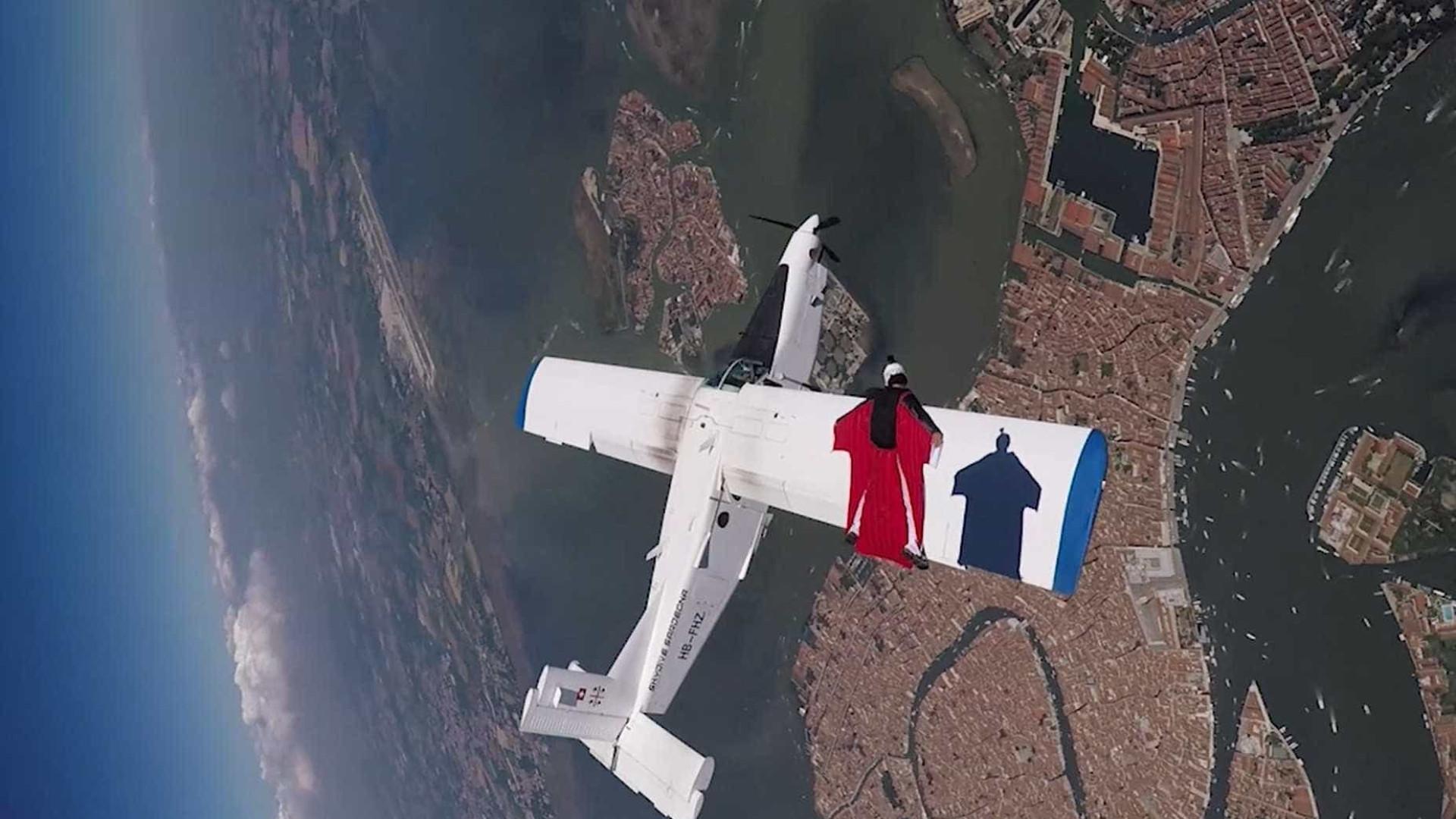 Paraquedistas voam perigosamente ao lado de avião