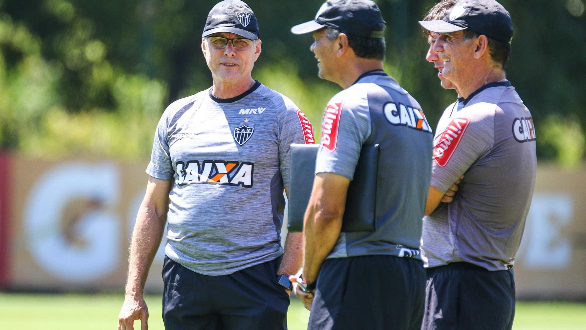 Com Robinho suspenso, Oswaldo testa Atlético-MG com duas formações