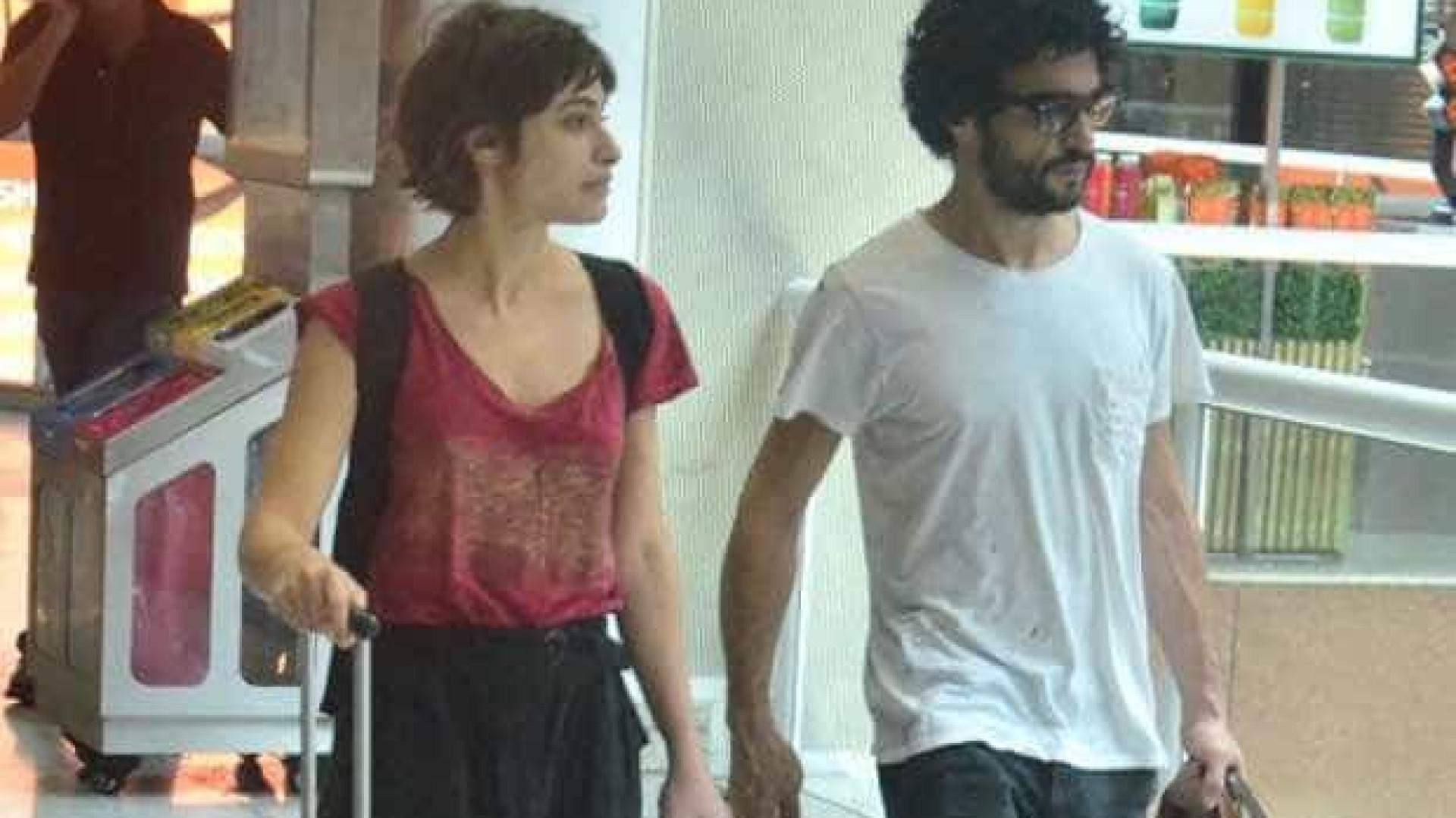 Caio Blat e Luisa Arraes são vistos juntos em aeroporto do Rio