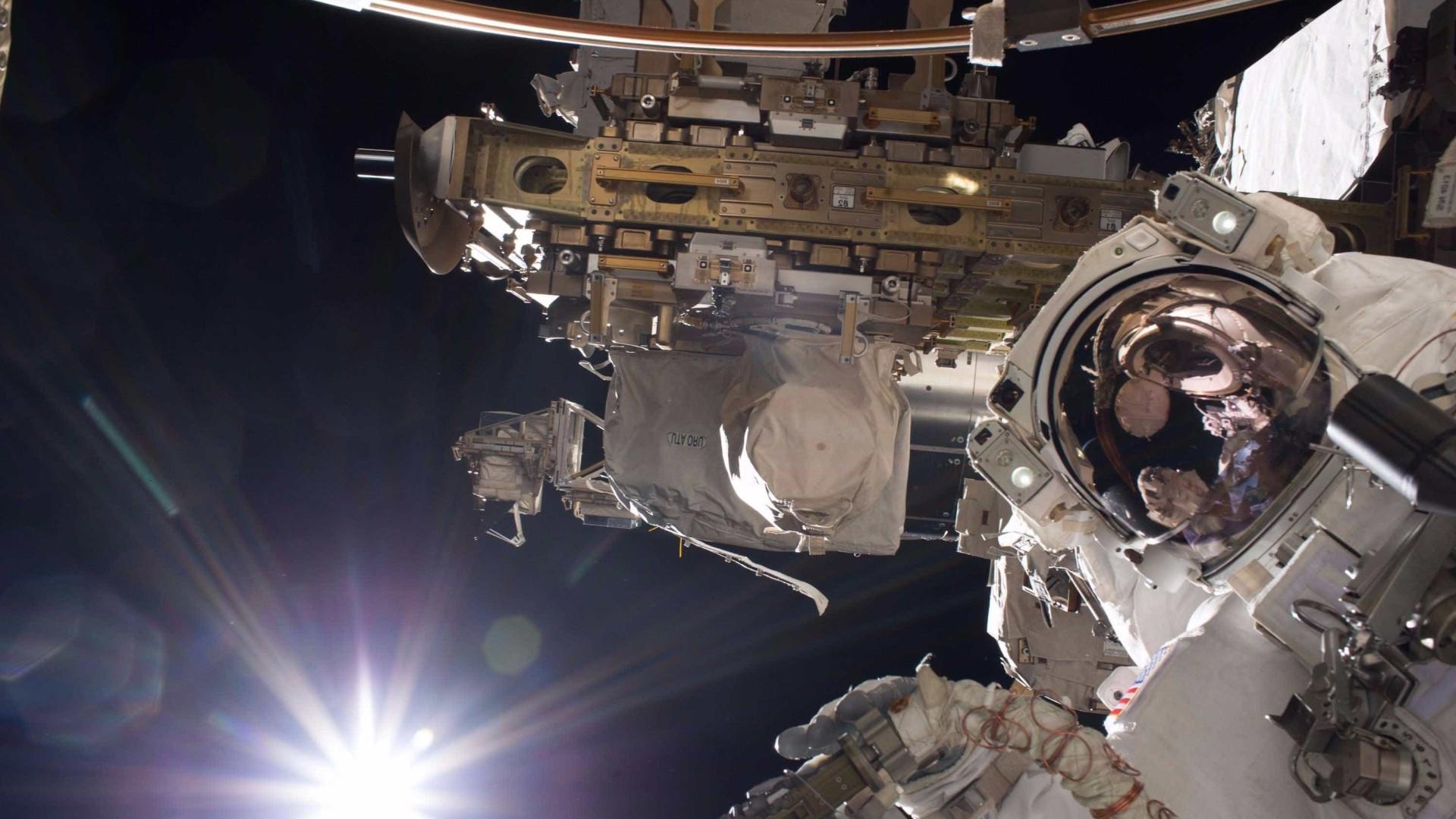 Veja como astronauta trabalha ao lado de fora da Estação Espacial