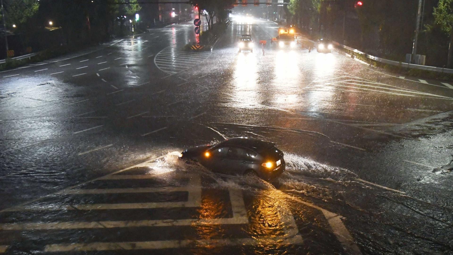Japão: tufão mata 2 e faz com que 29 mil pessoas sejam evacuadas