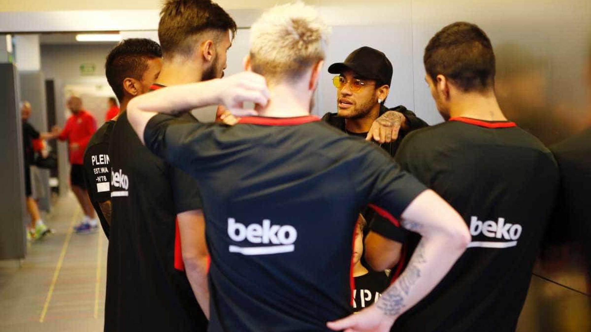 Neymar surge com o cabelo verde e divide opiniões na web