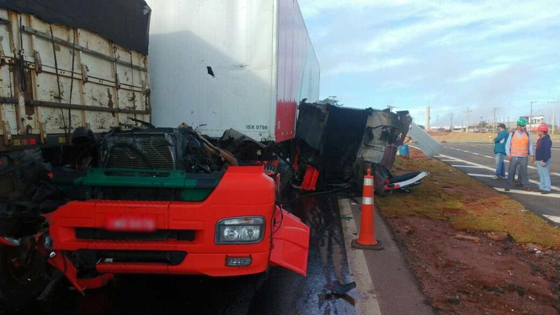 Acidente em rodovia arranca cabine de caminhão e motorista sai ileso