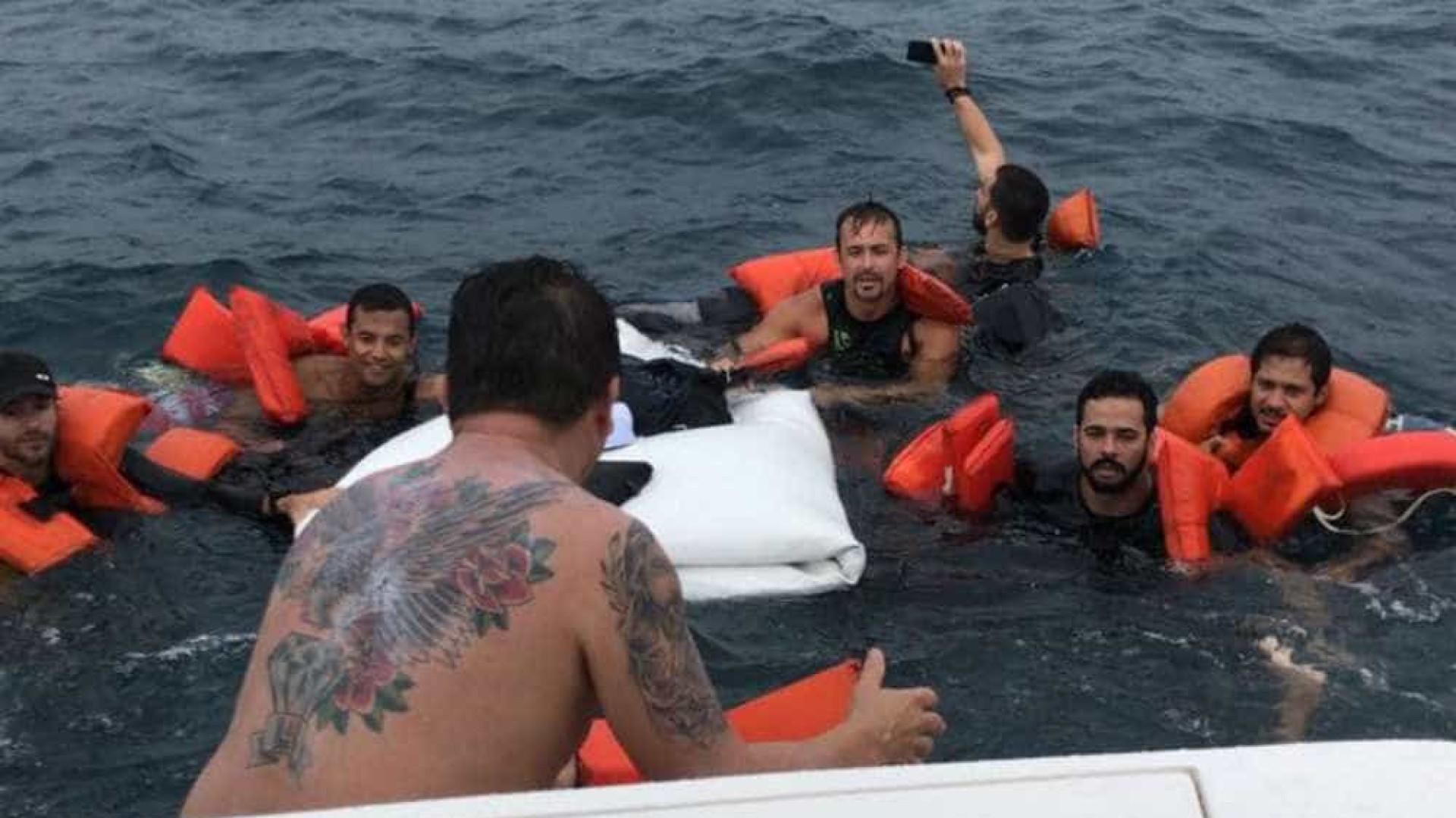 Lancha naufraga na Bahia e sobrevivente faz selfie durante resgate