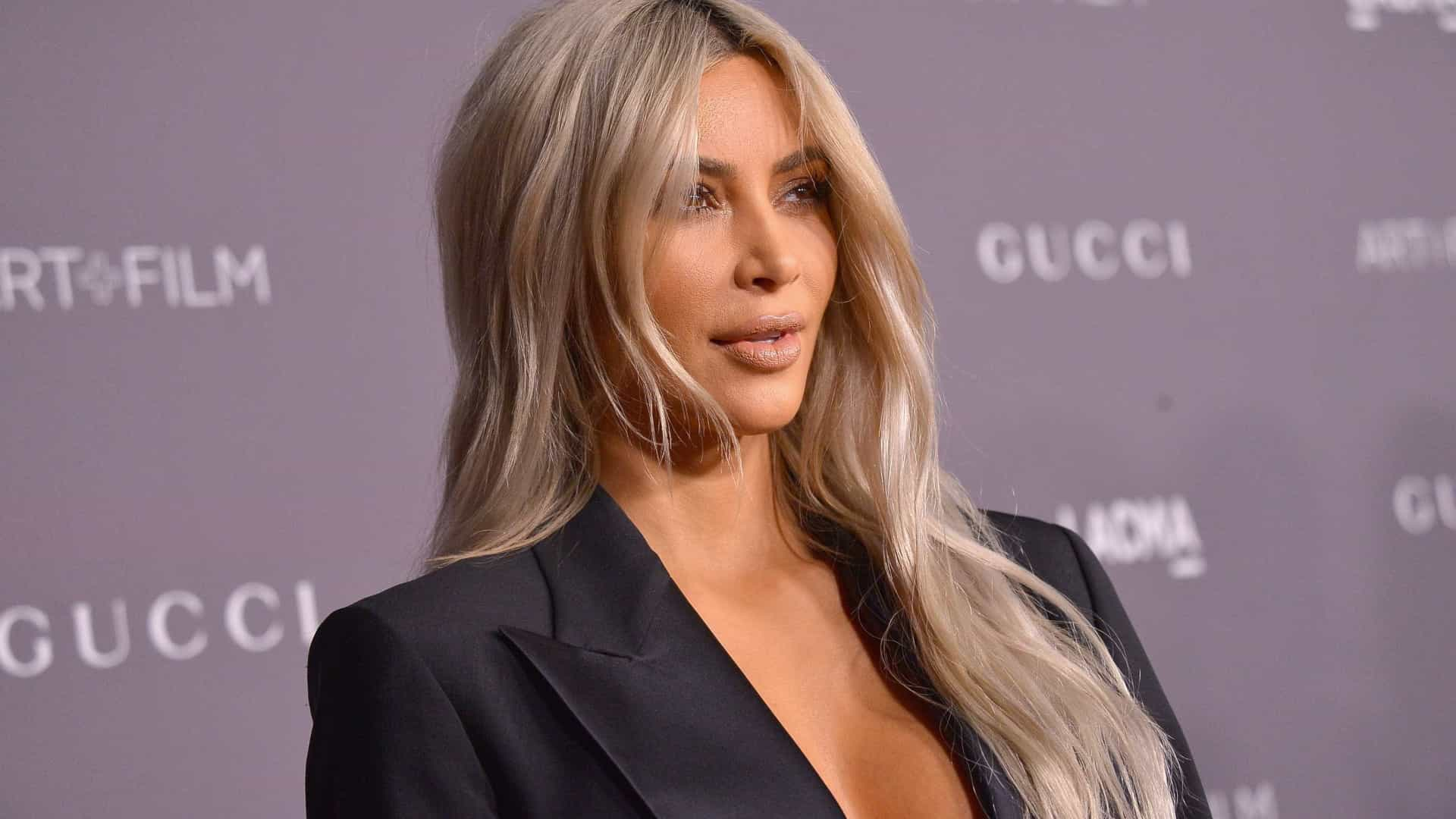 Kim Kardashian passa 13 horas no salão para manter loirice