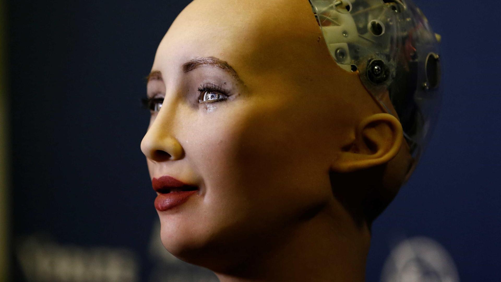 Robô que prometeu eliminar humanidade dá seus primeiros passos