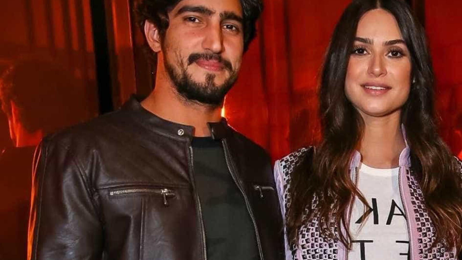 Thaila Ayala e Renato Góes trocam beijos em show, diz jornal
