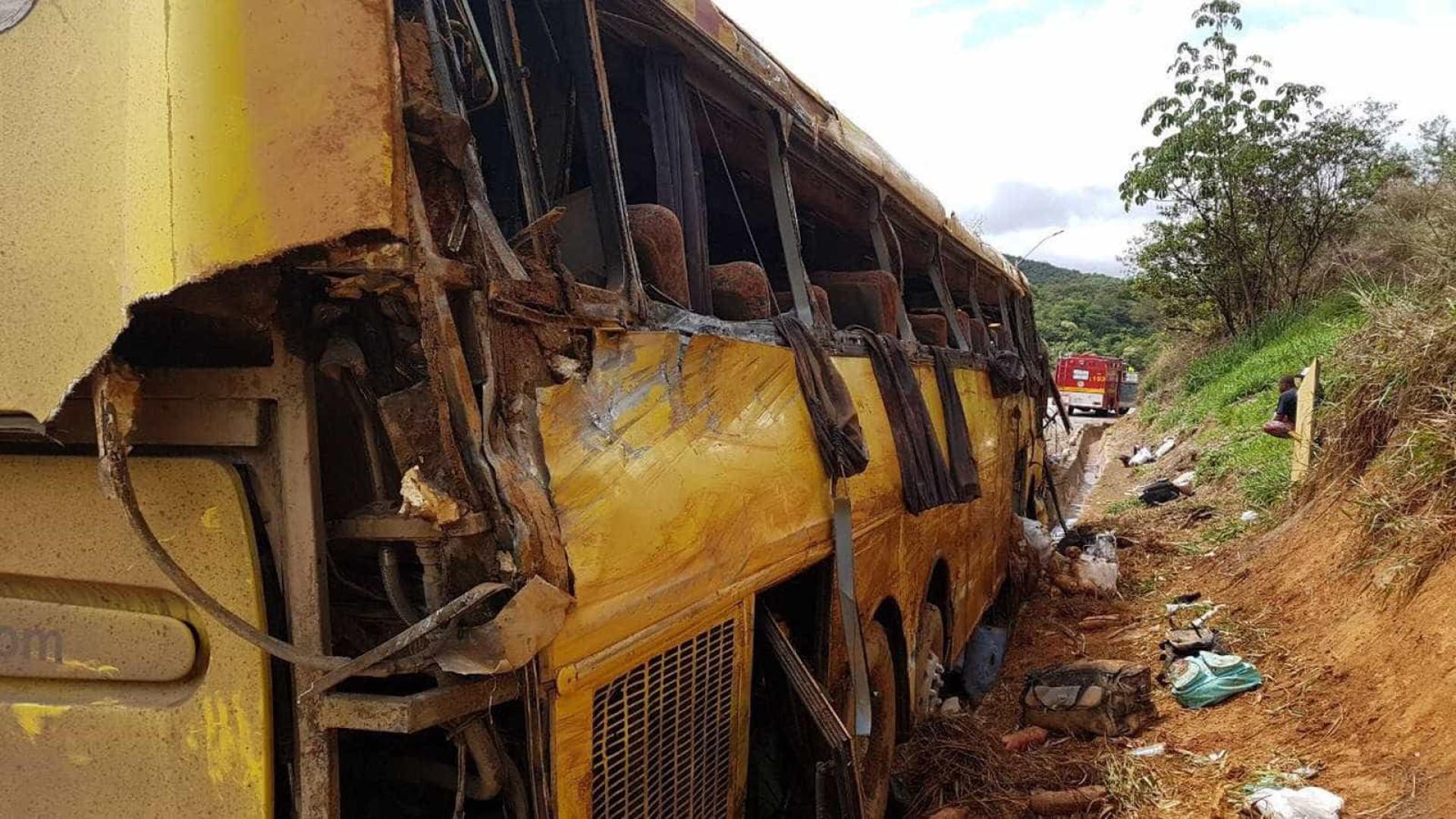 Ônibus tomba na BR-381 em MG e deixa seis mortos