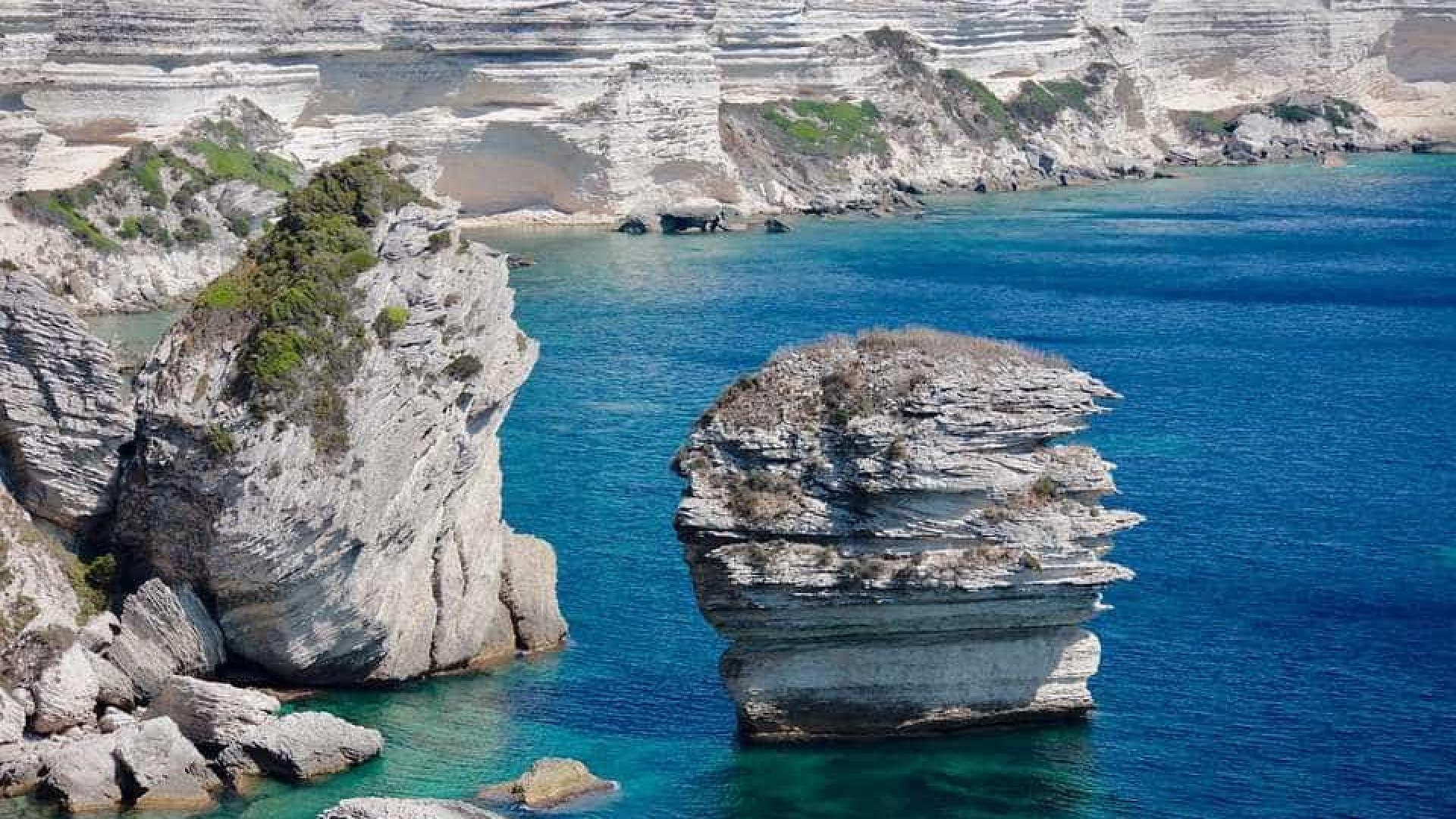 Italianos acham cadeia com 15 vulcões submarinos no Tirreno