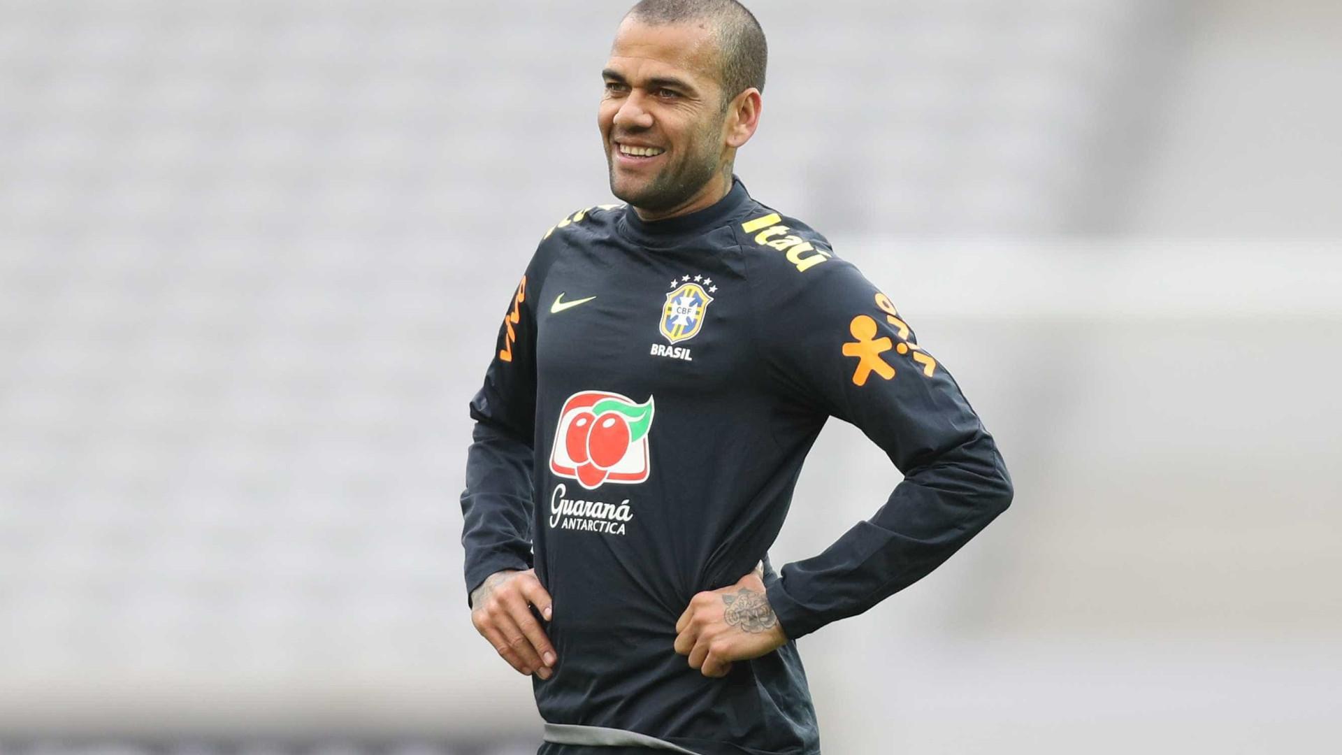 Paris Saint-Germain confirma que Dani Alves passará por cirurgia