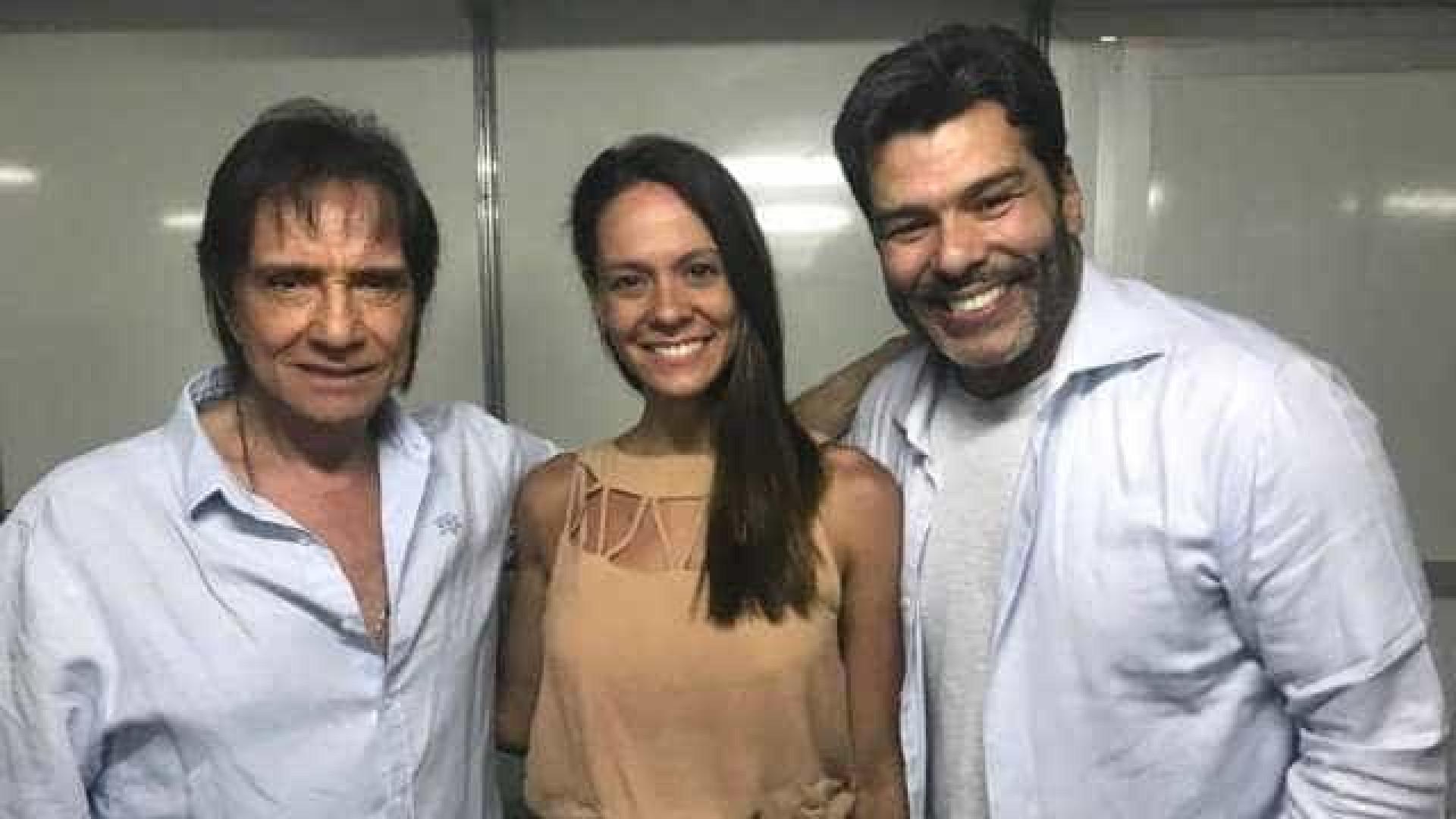 Maurício Mattar aparece em clique raro com a namorada, no show de RC