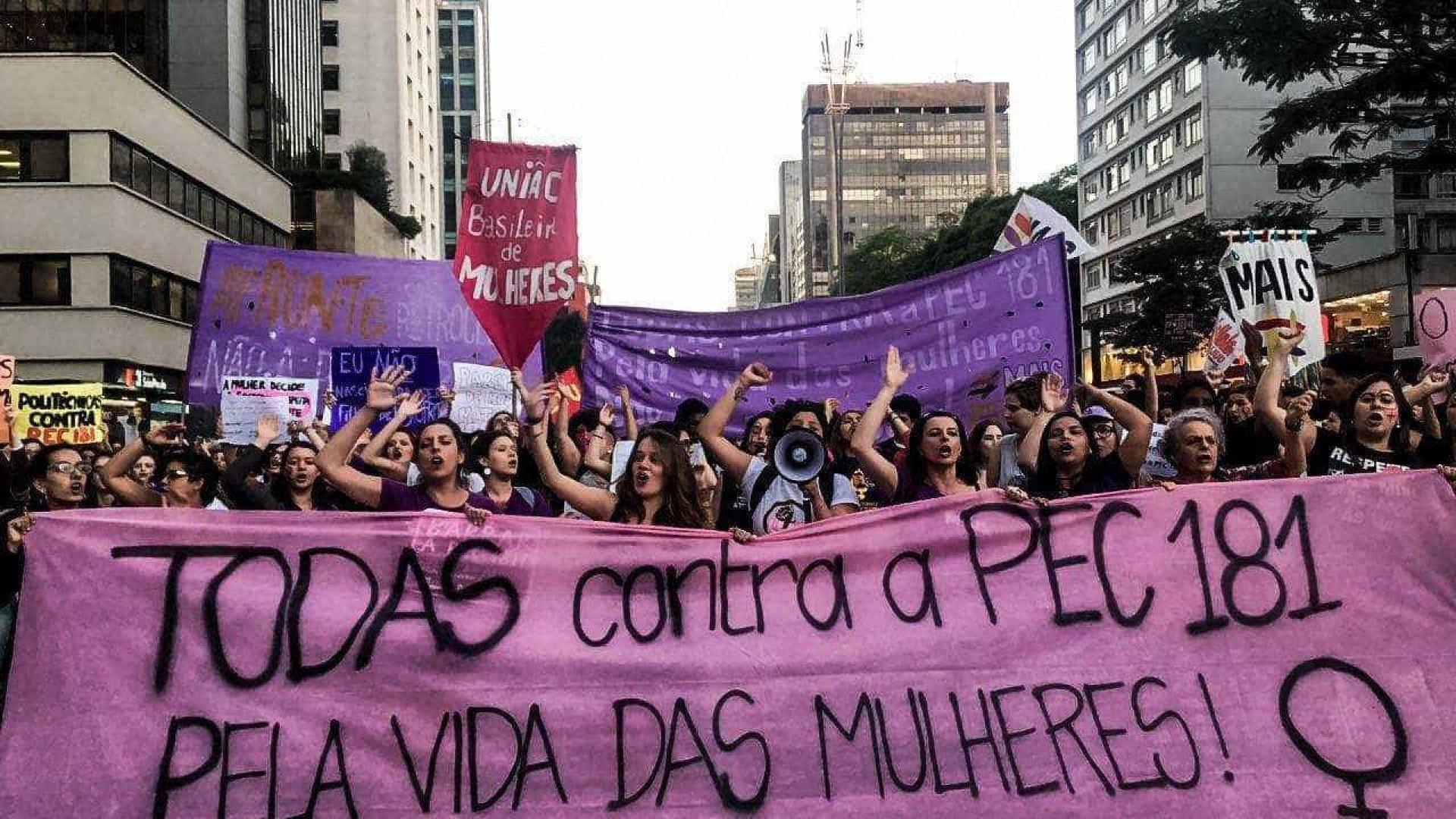 Mulheres protestam contra PEC que pode proibir todas formas de aborto