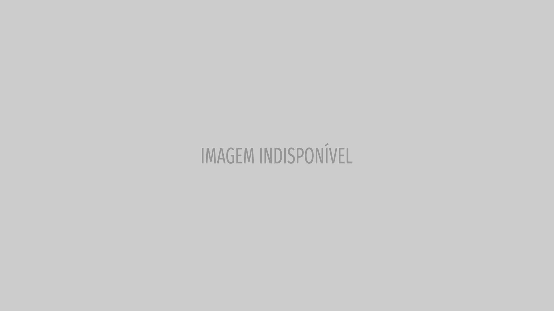 Narcisa Tamborindeguy leva placa com seu bordão ao casamento da filha