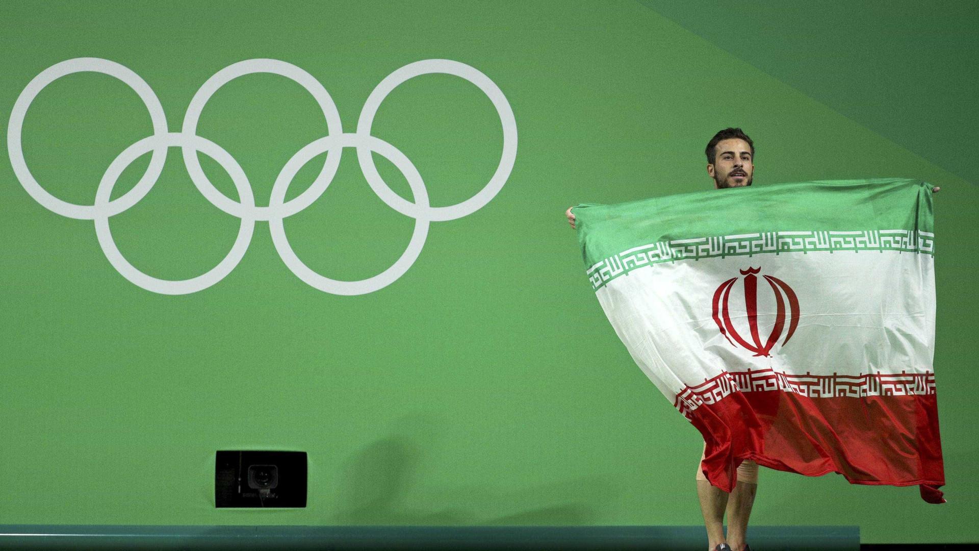 Campeão olímpico iraniano doa medalha para ajudar vítimas de sismo