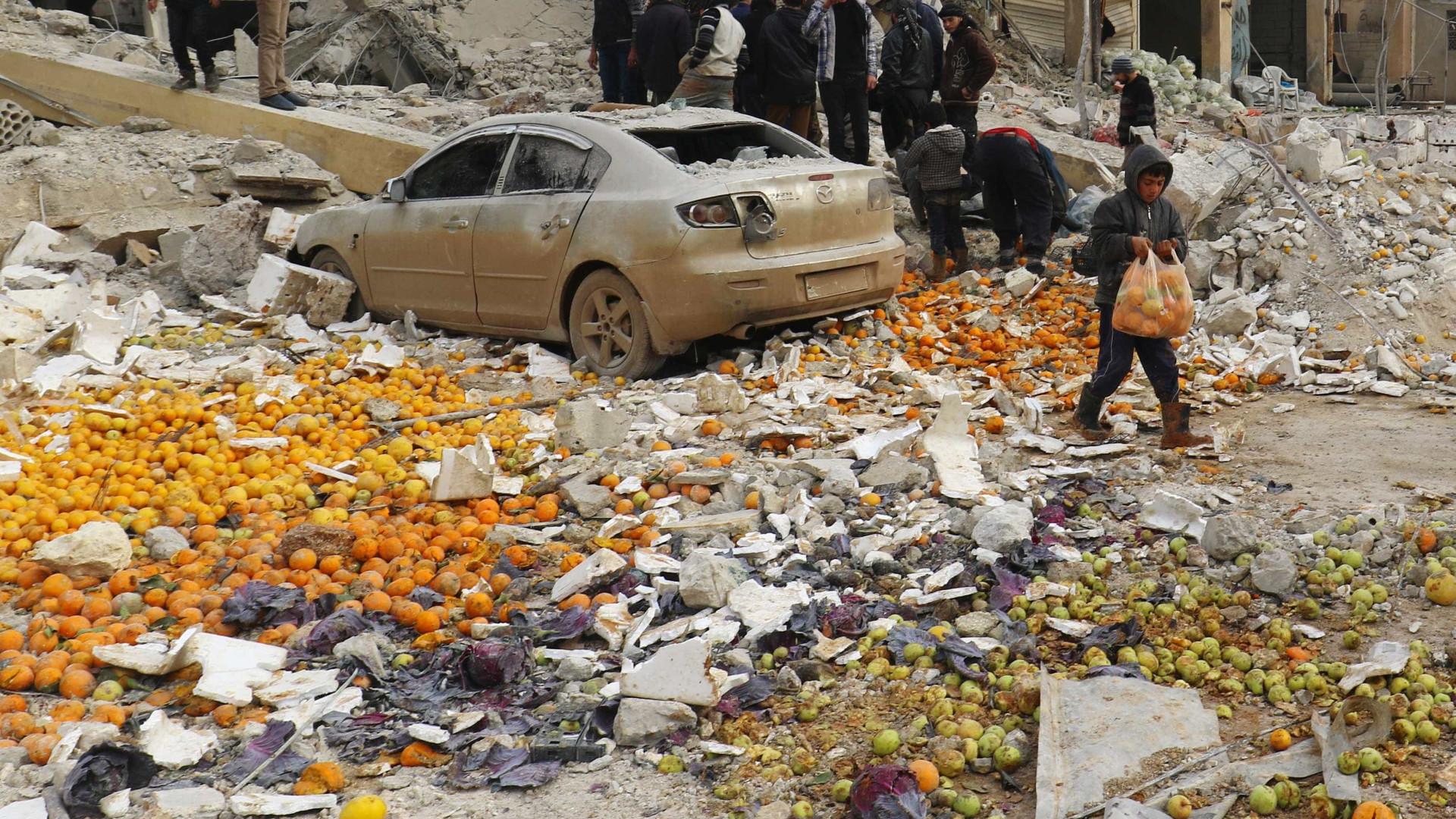 Bombardeios em mercado da Síria deixa 61 mortos; ainda há desaparecidos