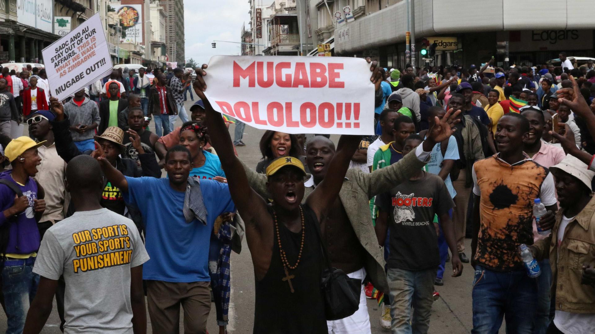 Detido, Robert Mugabe reúne-se com enviados da África do Sul — Zimbábue
