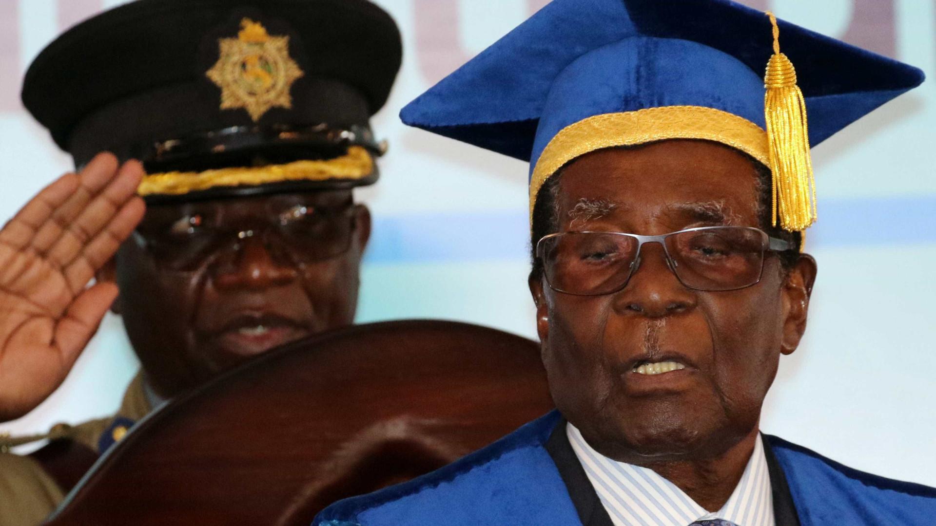 Zimbábue: Mugabe é demitido da liderança do partido