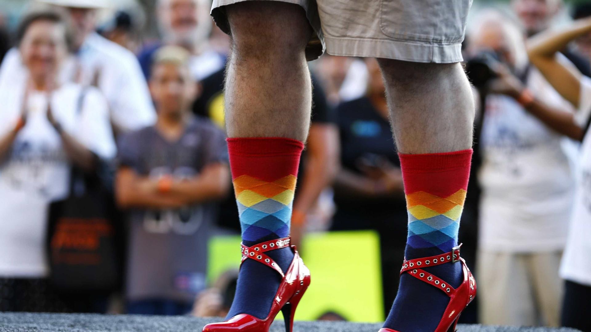 Pessoas calçam sapatos de outras em exposição sobre 'empatia'