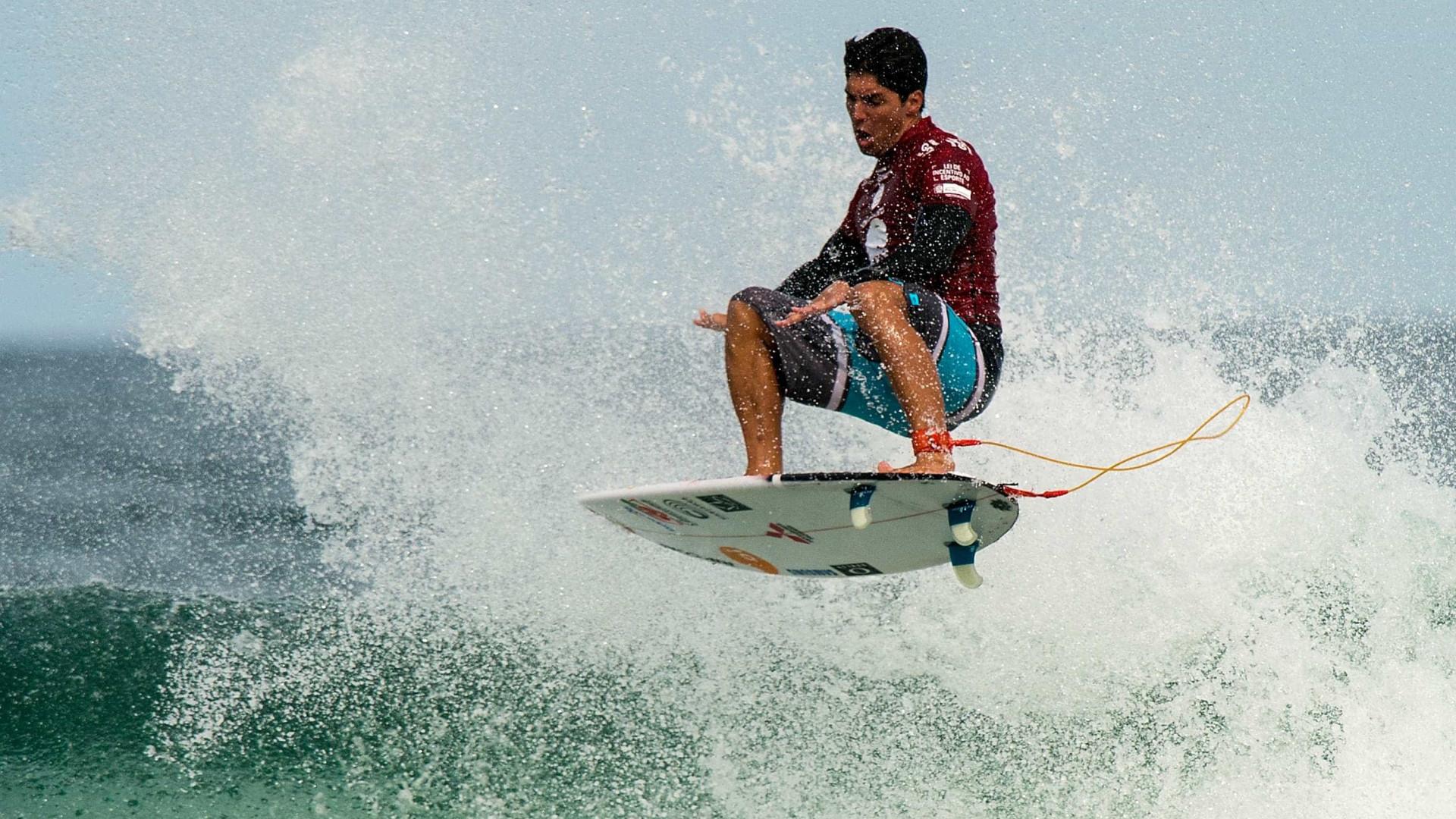 No Havaí, Medina briga para conquistar o bi mundial no surfe