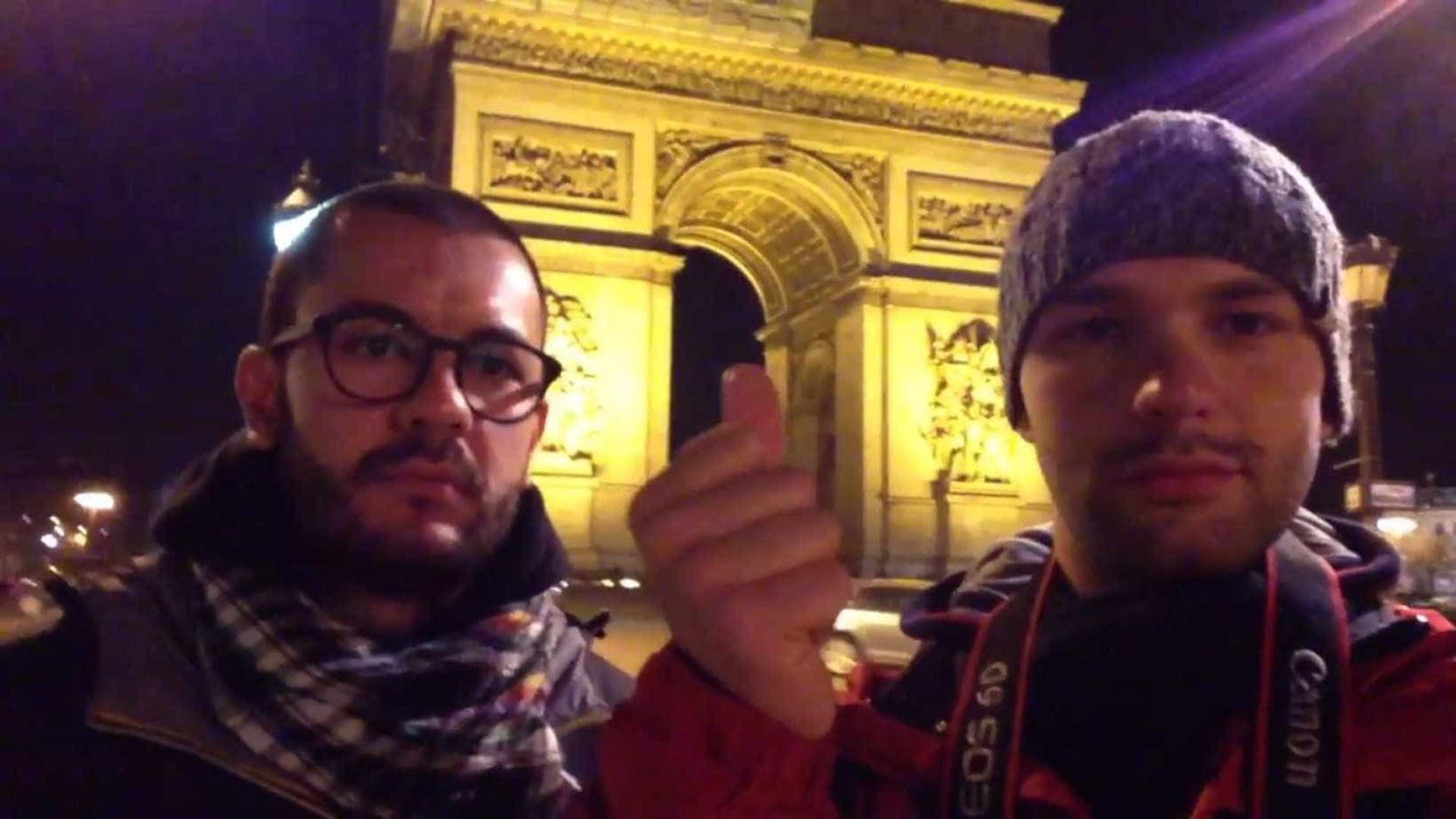 """Turistas se """"teletransportam"""" por pontos turísticos de Paris"""