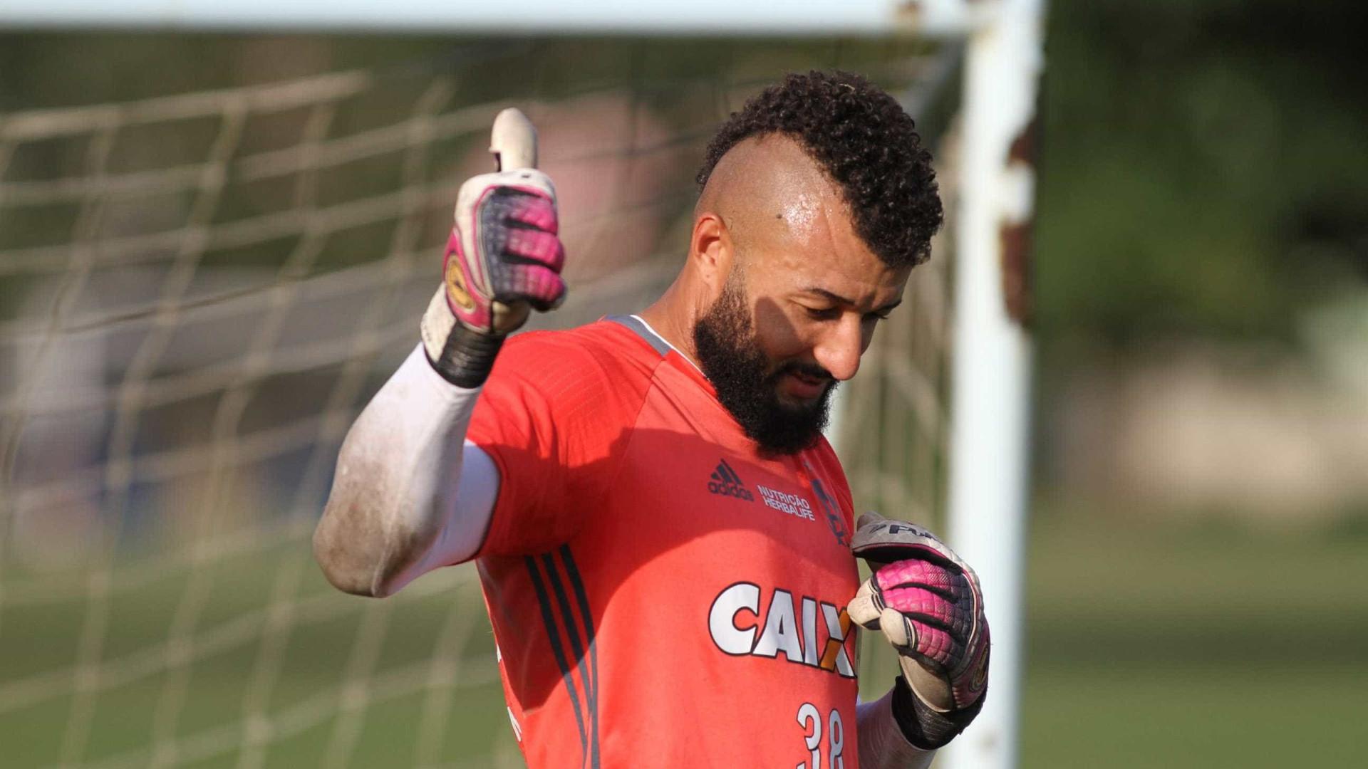 Flamengo empresta o goleiro Alex Muralha a time do Japão