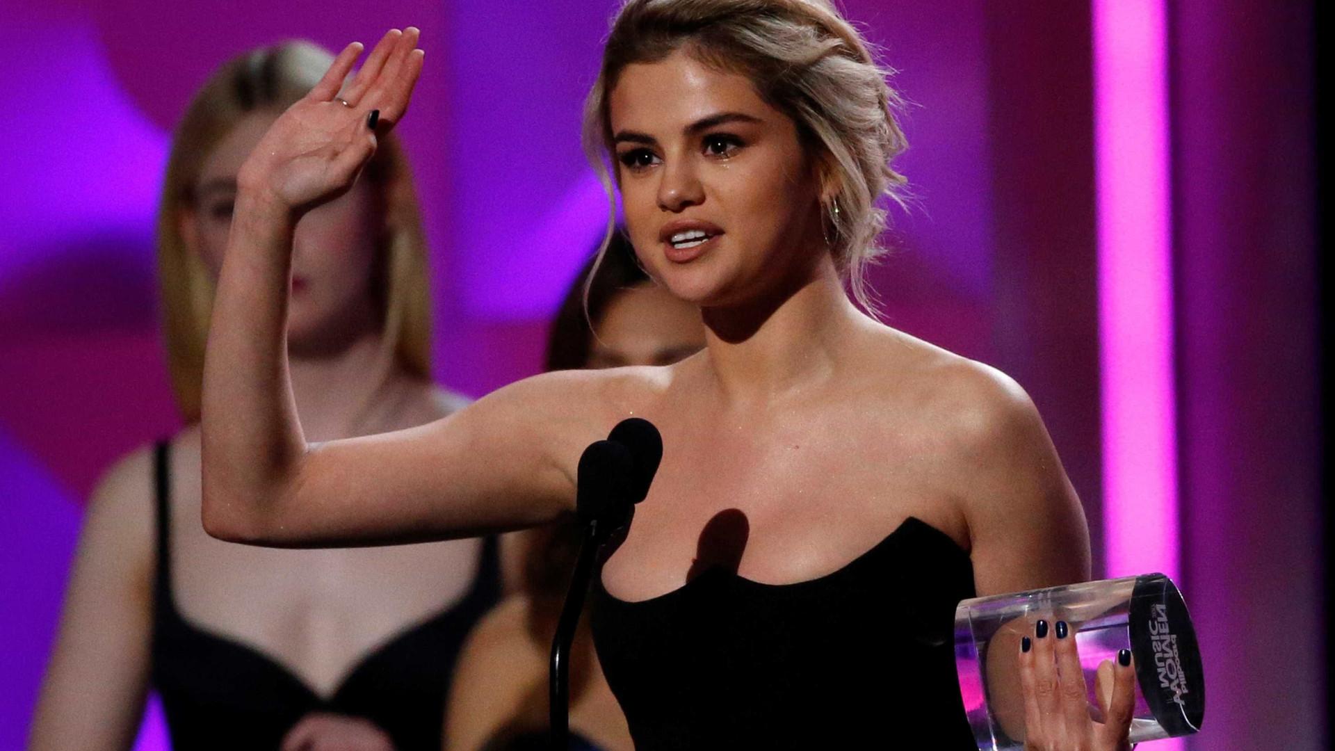 Selena Gomez recebe prêmio de 'Mulher do Ano' e homenageia amiga