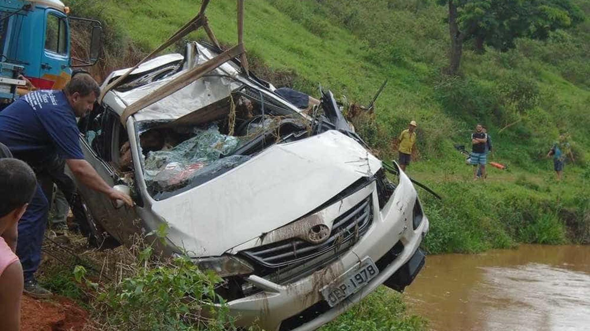 Família morre após carro cair dentro de um rio em Minas Gerais