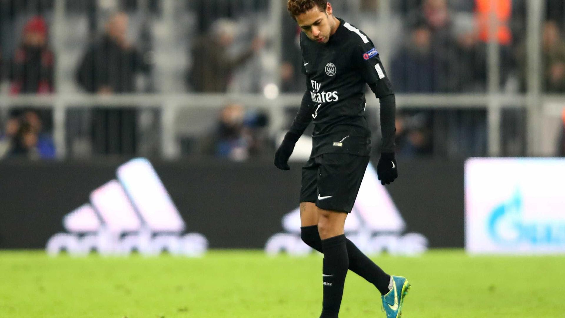 Champions: torcida atira em campo notas falsas com o rosto de Neymar