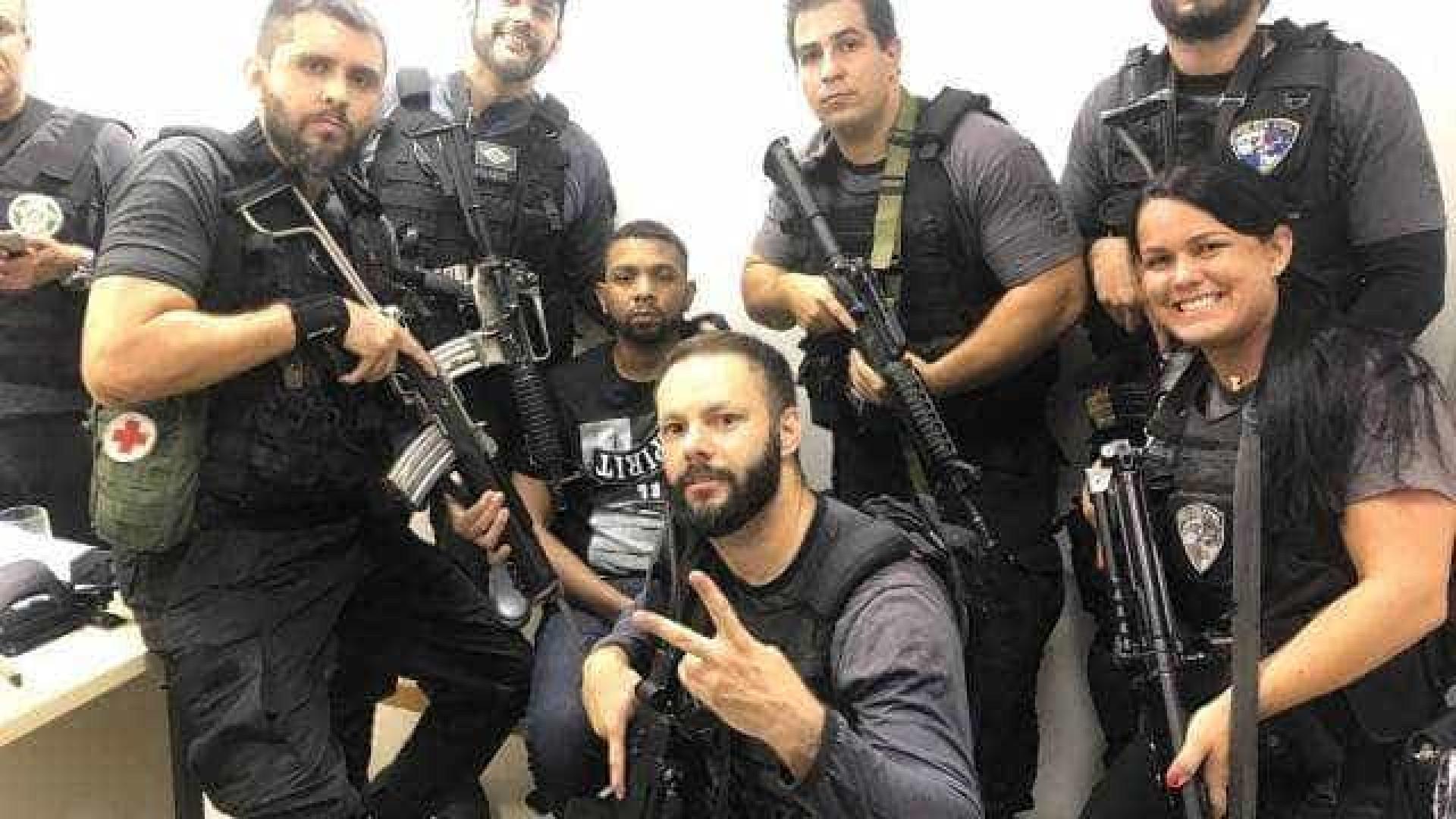 Em comemoração, policiais fazem 'selfies' com Rogério 157 após prisão
