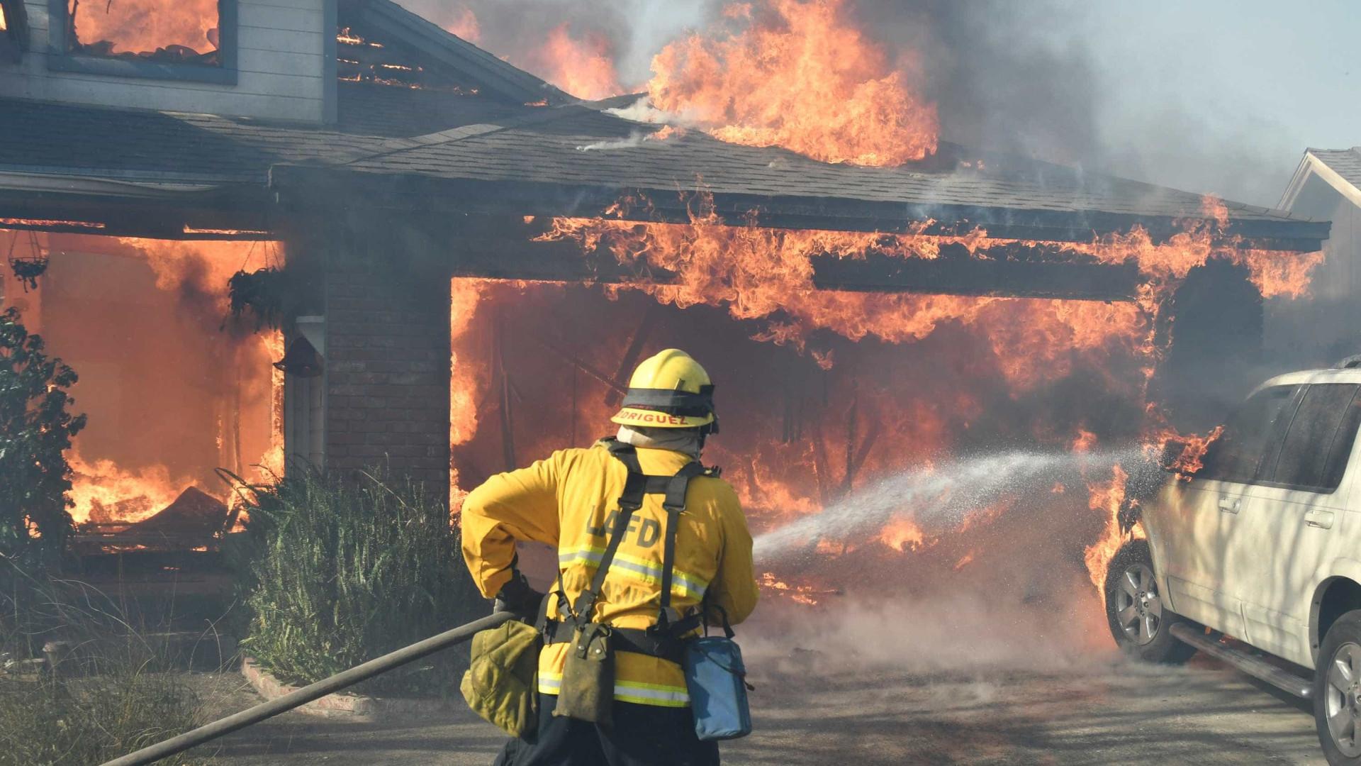 Incêndios chegam a Los Angeles e evacuam 150 mil pessoas