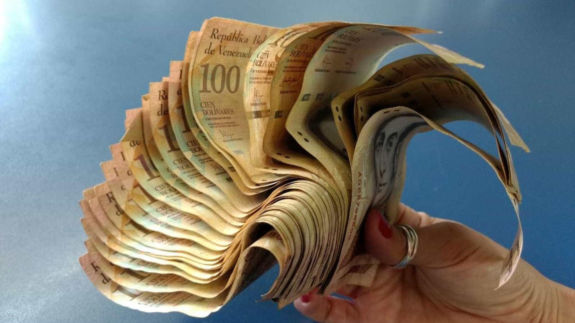 No DF, catador não consegue trocar dinheiro venezuelano achado no lixo