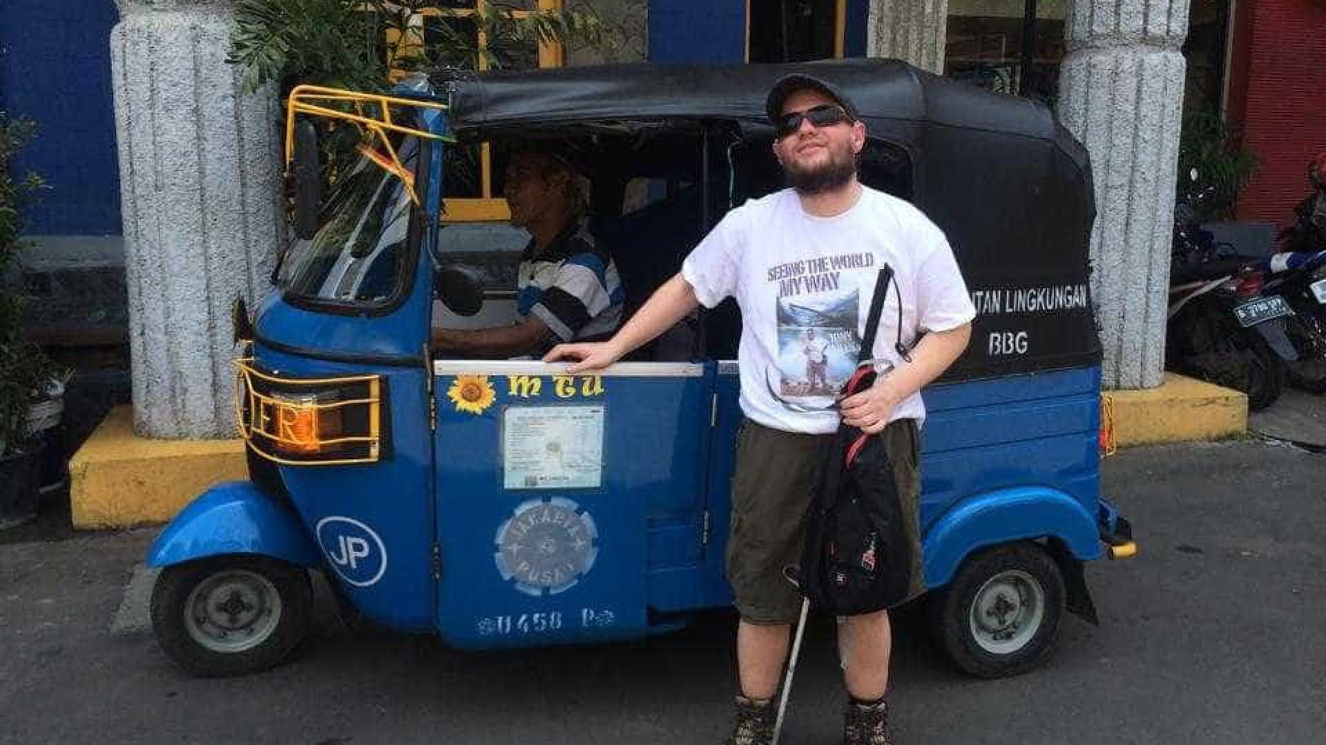 Mochileiro cego e surdo já visitou mais de 120 países