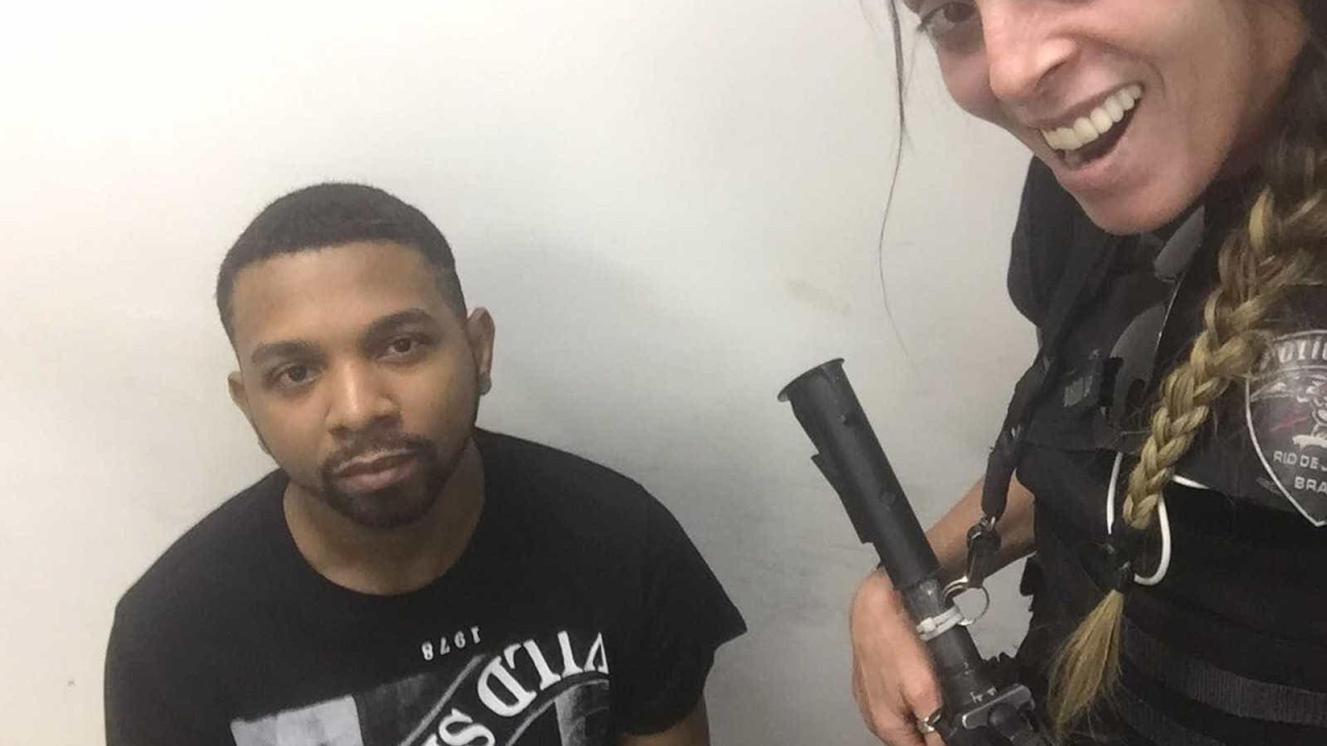 Policial que tirou selfie com Rogério 157 tieta Naldo na delegacia