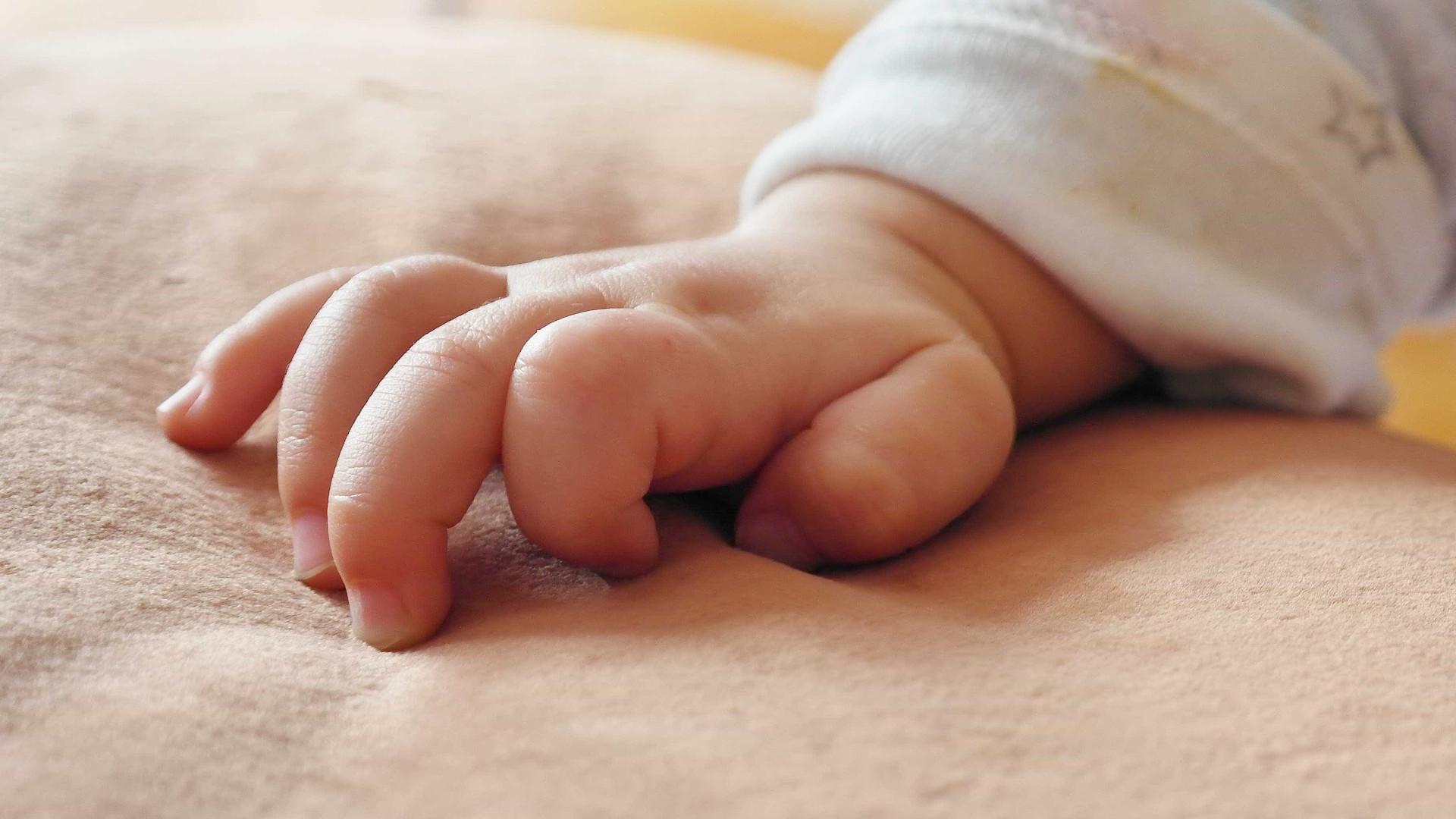 Mãe se arrepende de vender bebê por R$ 1,9 mil; pastor está envolvido