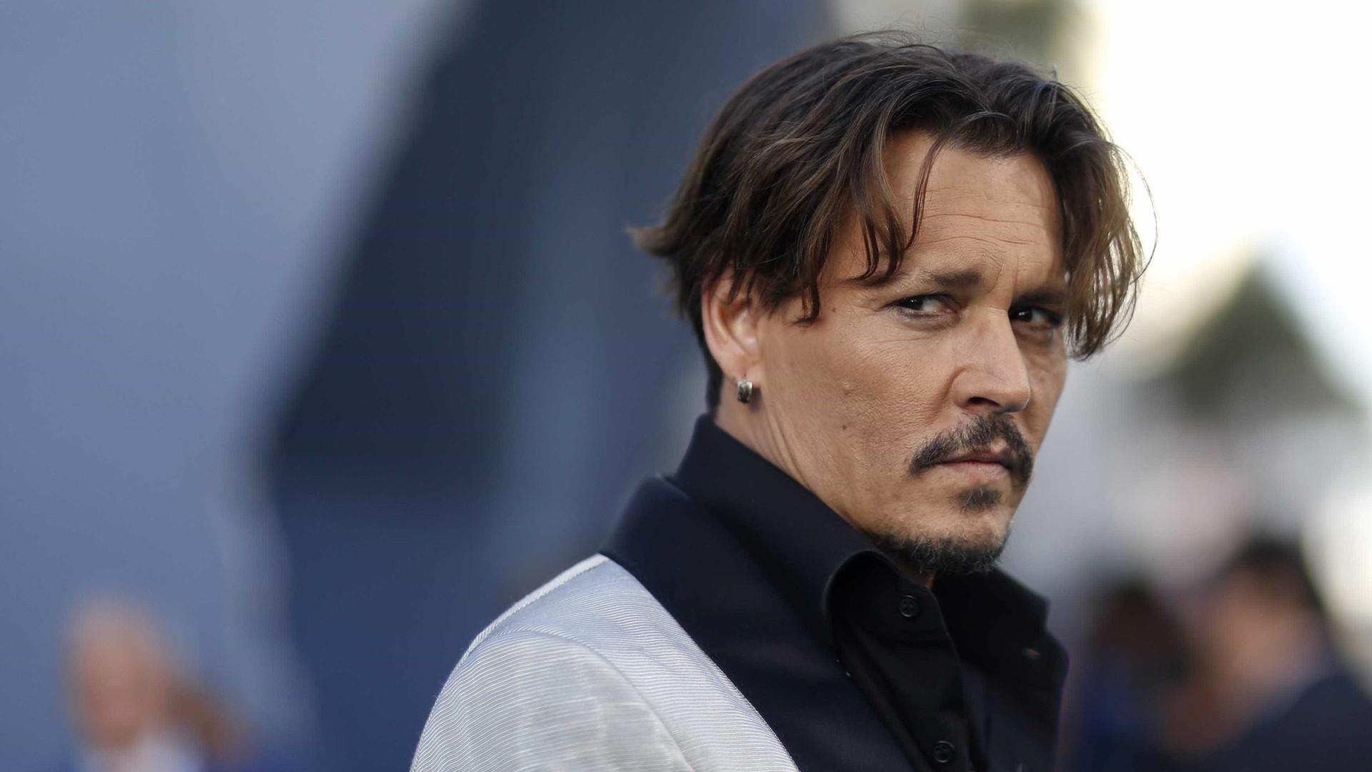 Ator Johnny Depp é acusado de agredir produtor de locação