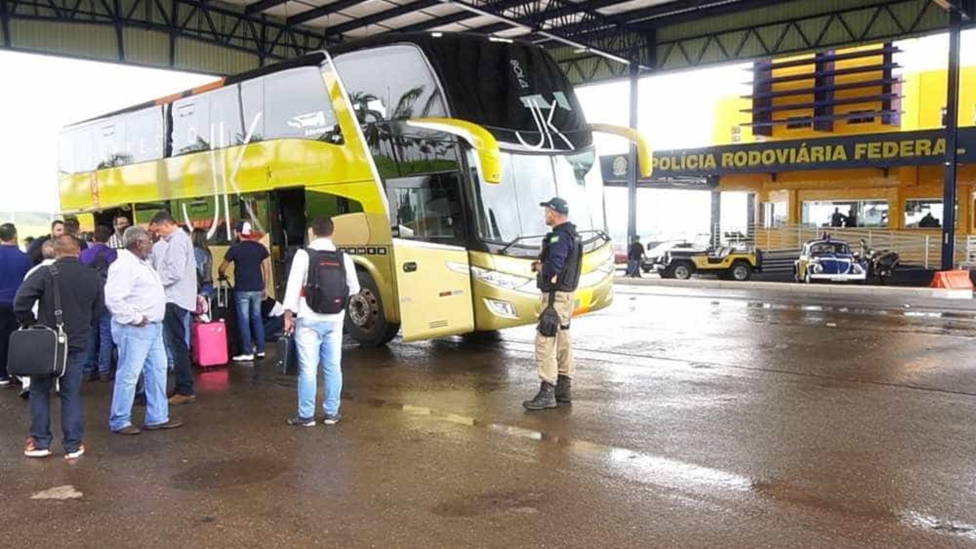 Ônibus fretado por companhia aérea é apreendido com passageiros em GO