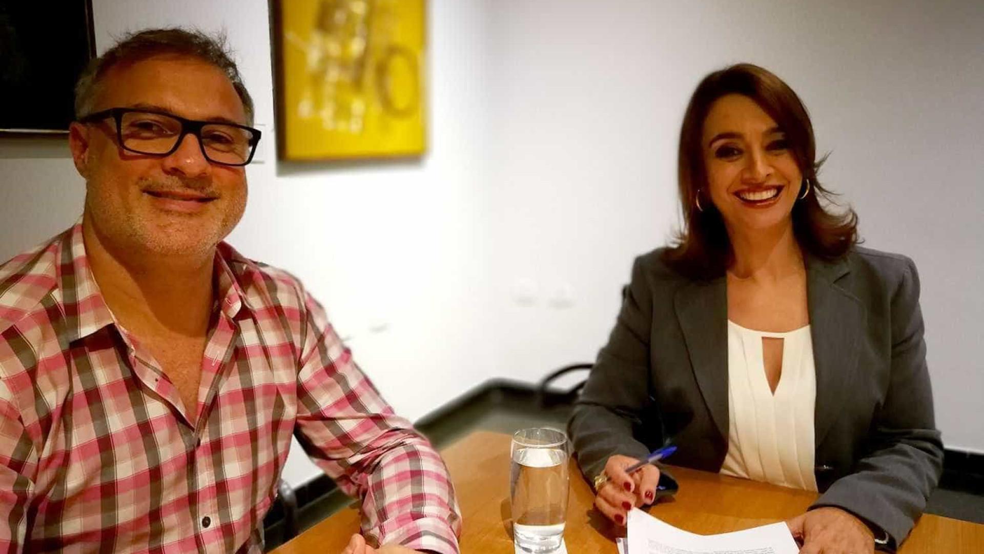 Catia Fonseca assina contrato com a Band