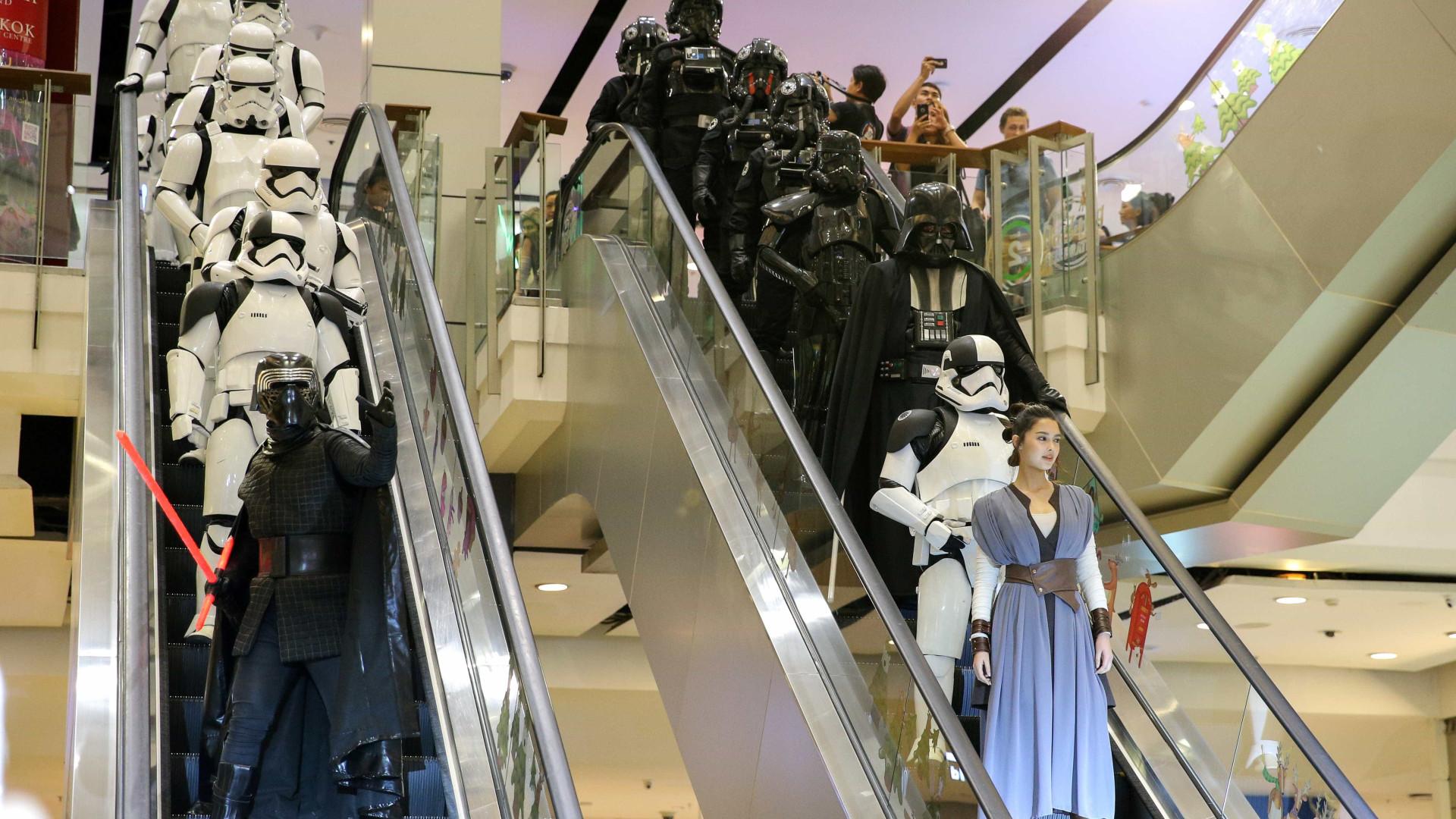 Fãs de Star Warsse fantasiam para pré-estreia de novo filme da saga