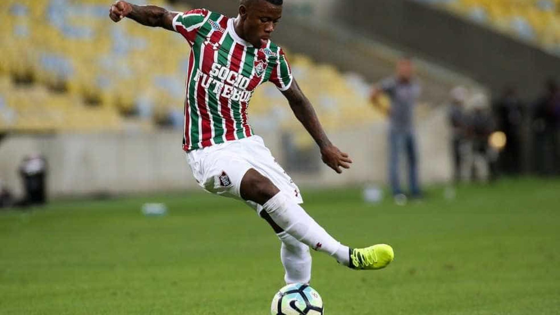 Torcedores do Flamengo agridem e chutam joelho operado de atacante do Fluminense