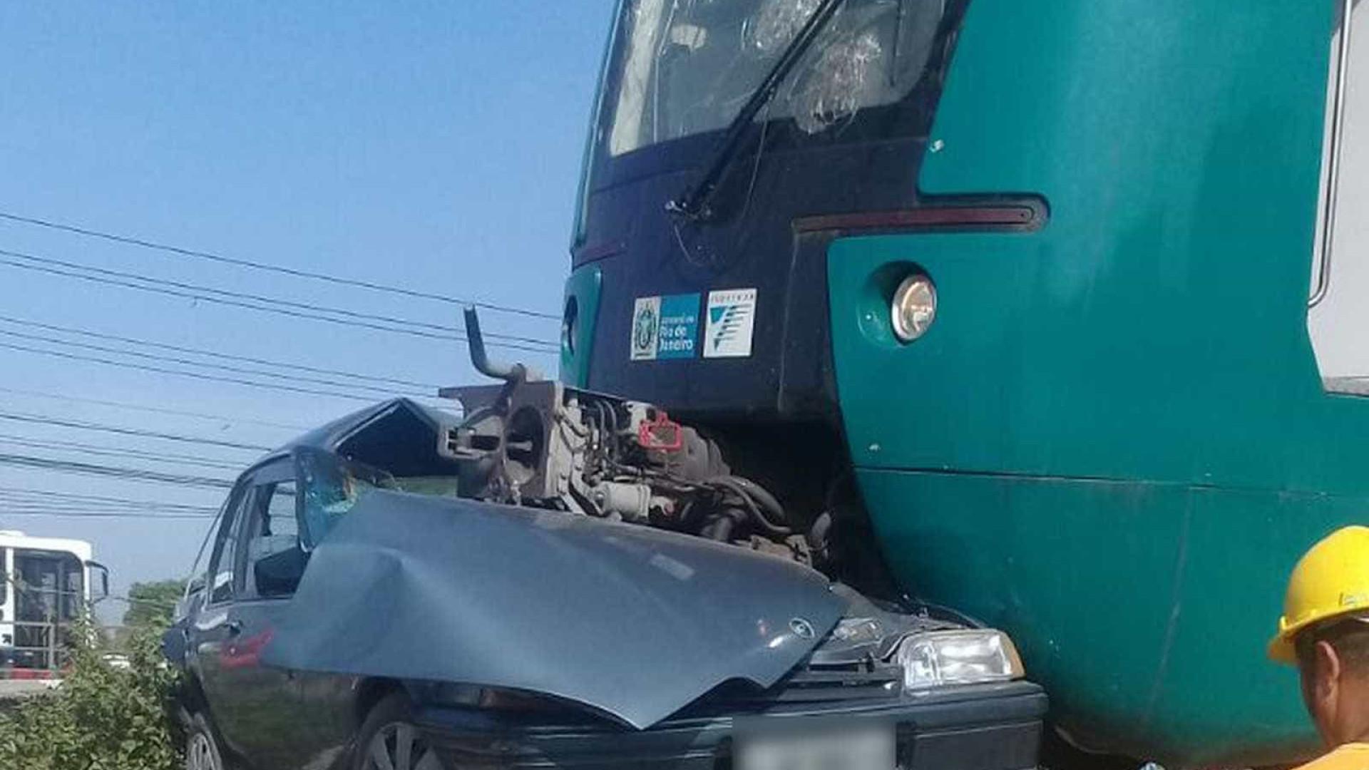 Carro invade linha de trem e suspende operações em Duque de Caxias